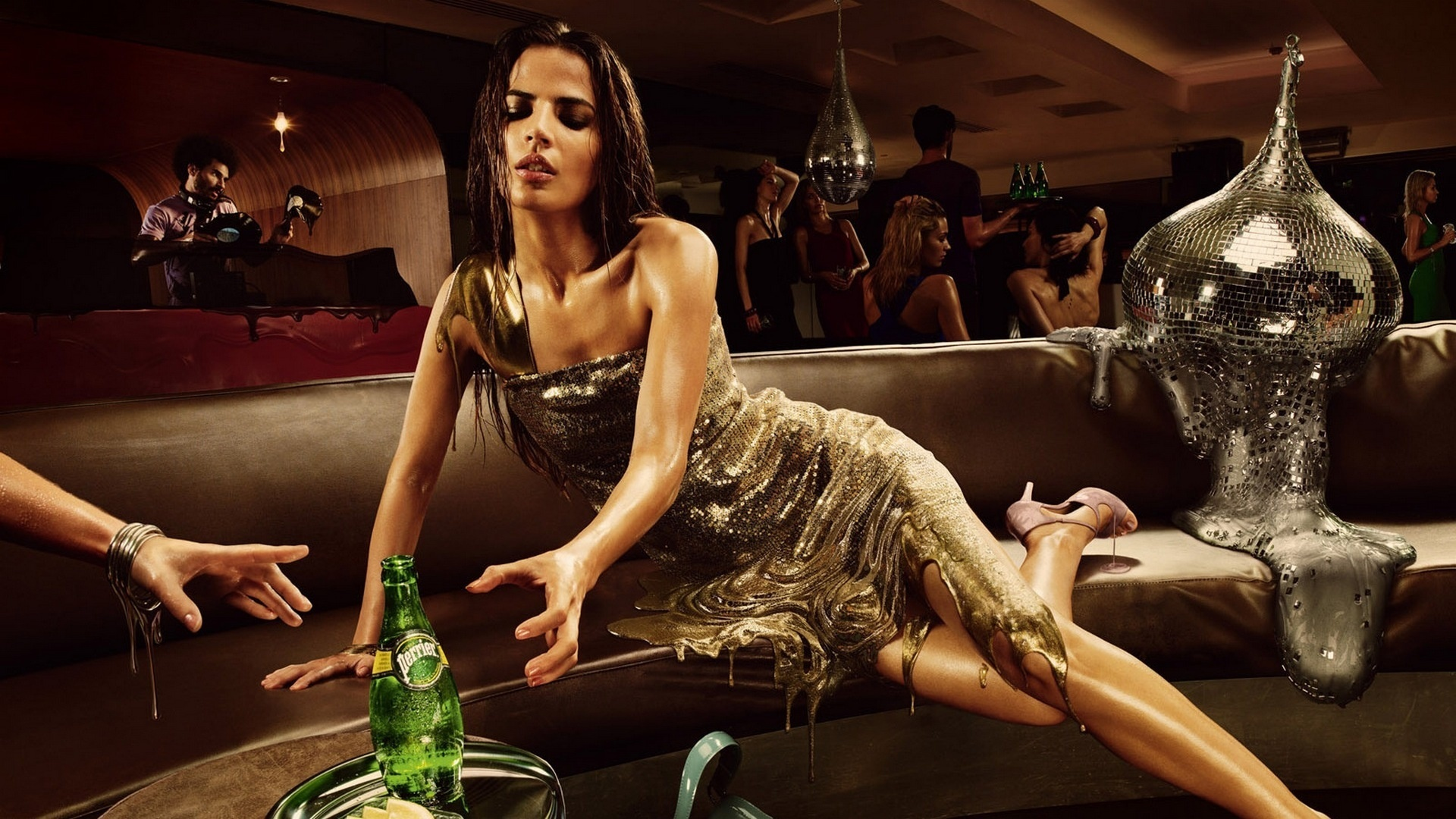 Прикольные картинки девушки с бутылкой