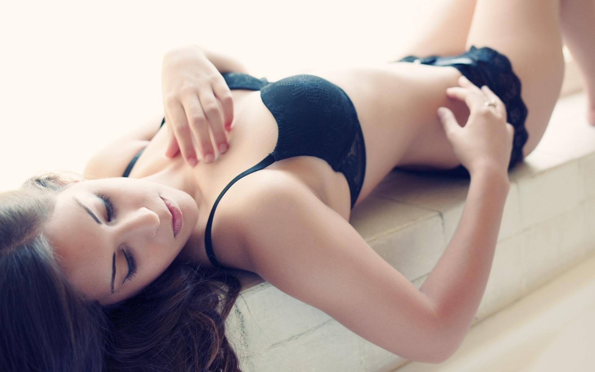 Смотреть как девушка лежит на девушке девушки, вьетнамское порно видео онлайн