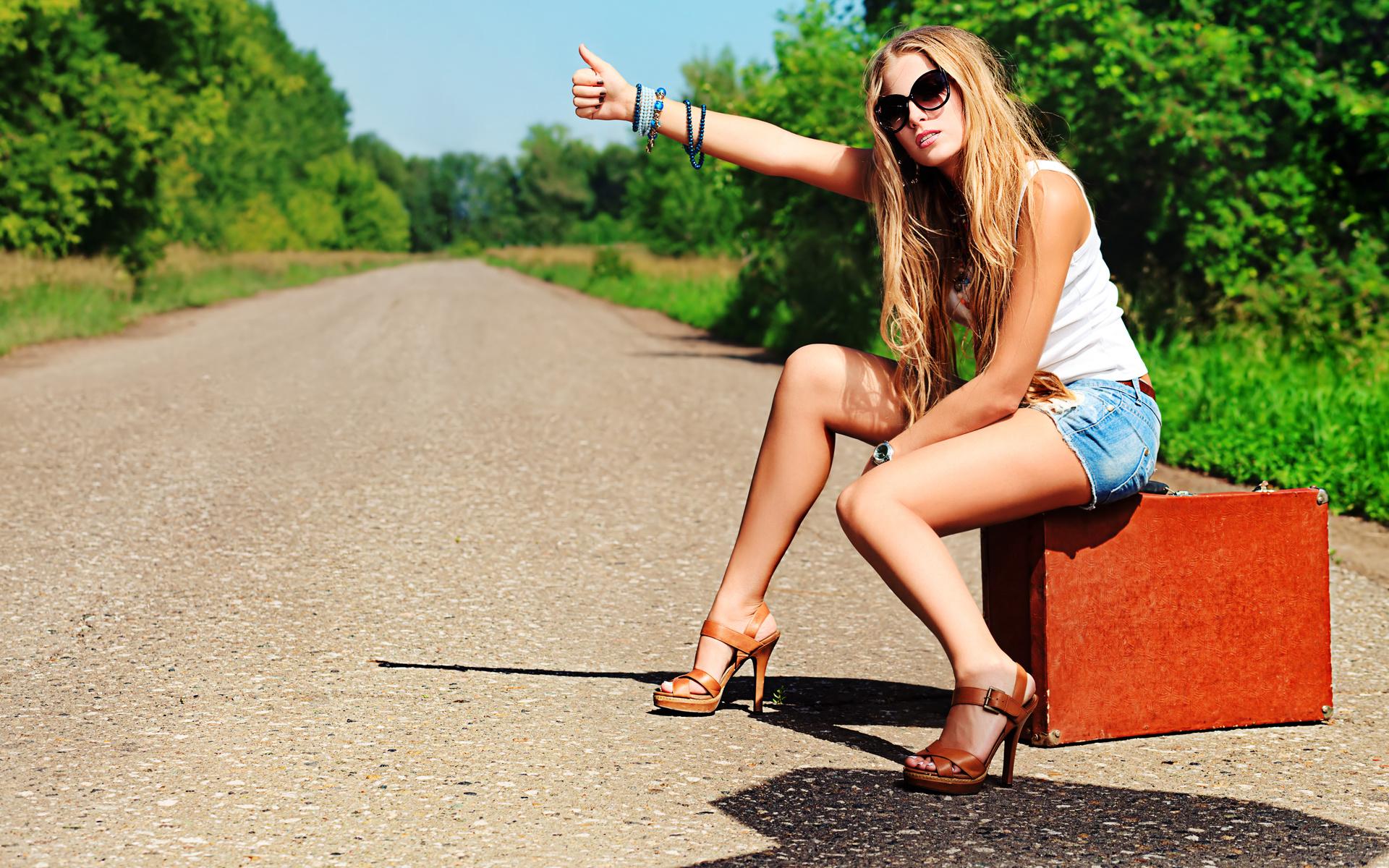 девушка, природа, попутчица, ножки, чемодан, автостоп, деревья