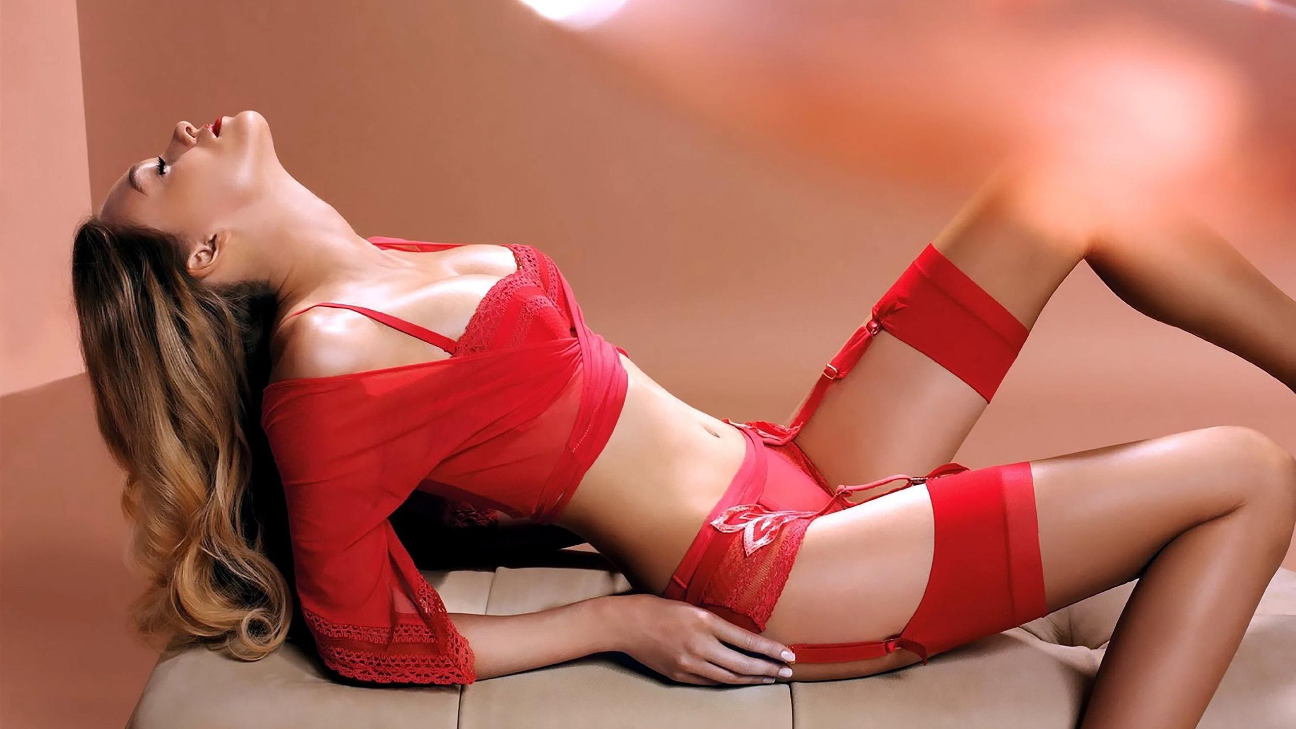 девушка в красном в чулках прихватите