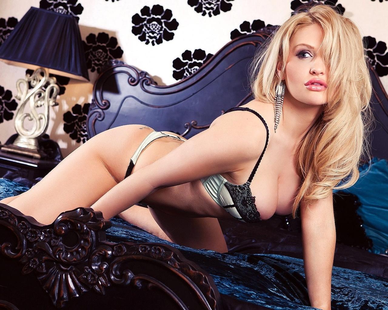 блондинка, взгляд, грудь, ножки, поза