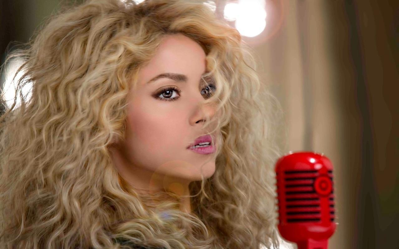 shakira, шакира, певица, блондинка, длинные волосы, кудри, губы, взгляд, микрофон, target, реклама
