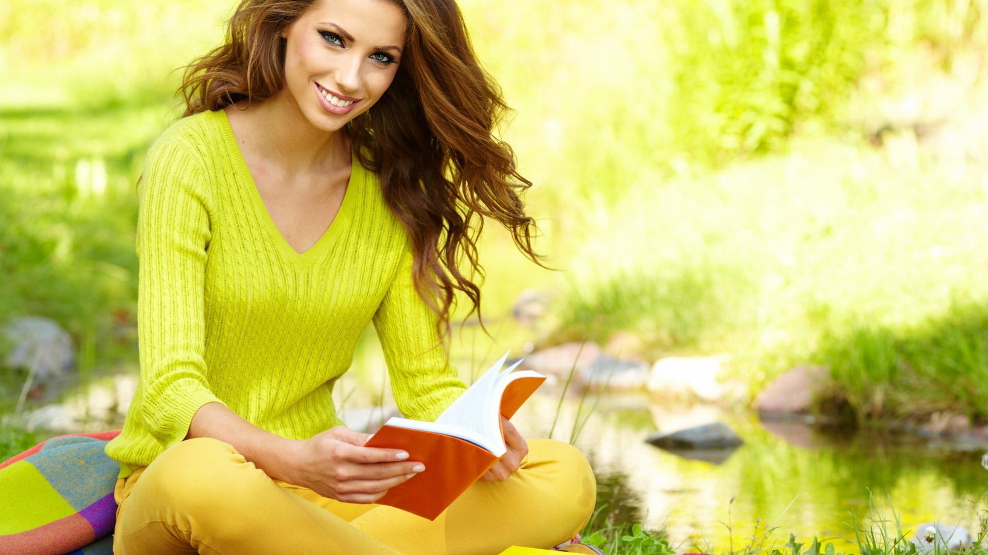 солнце, взгляд, лицо, книга, губки, улыбка, река, зелень, вода