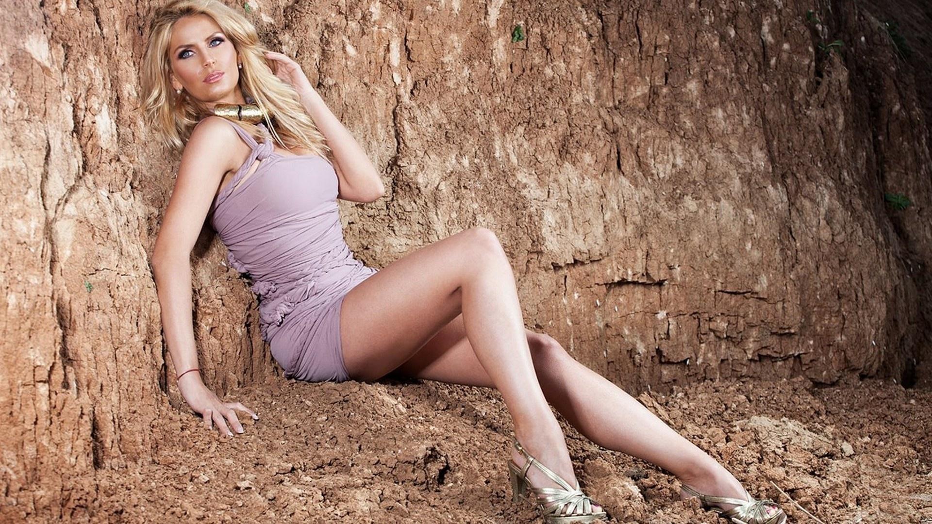 блондинка, взгляд, грудь, ножки