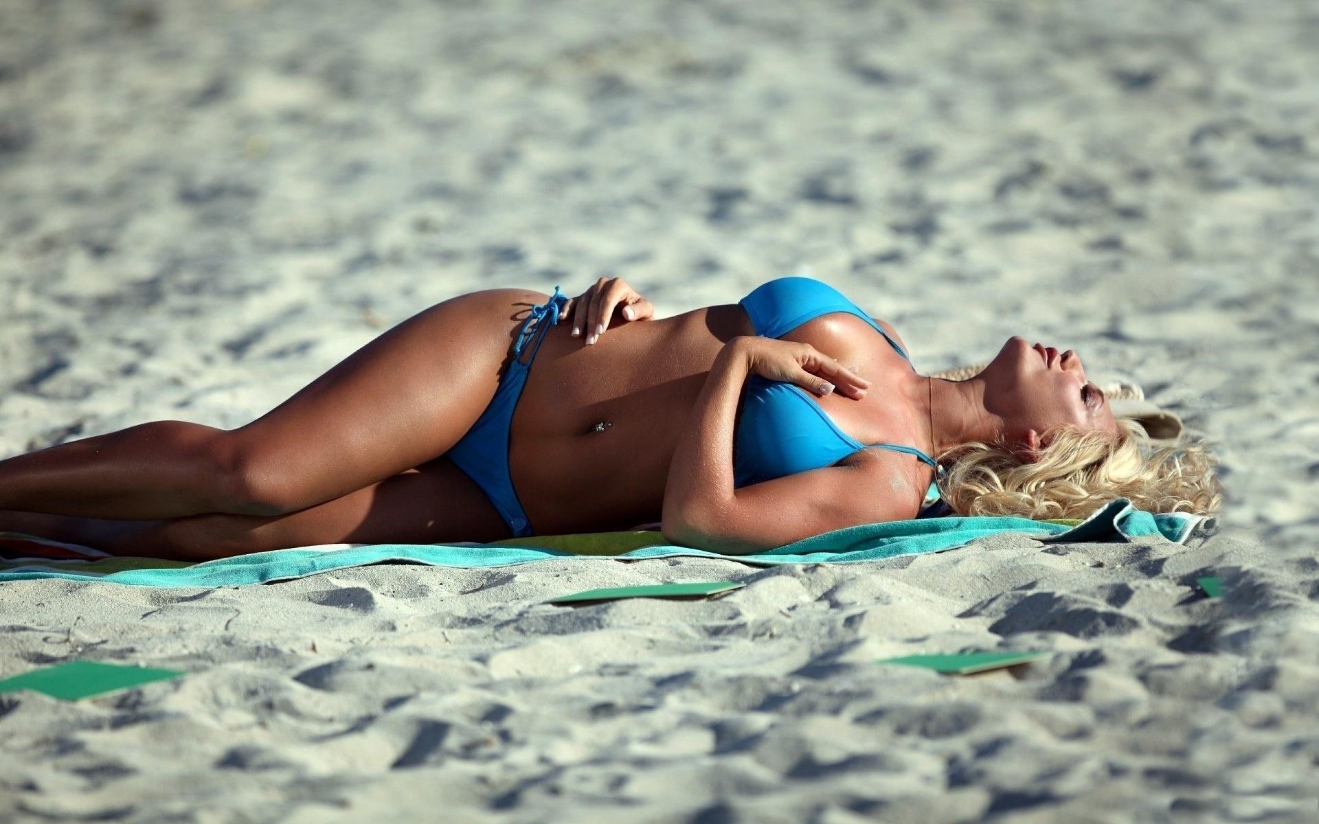 блондинка, песок, бикини