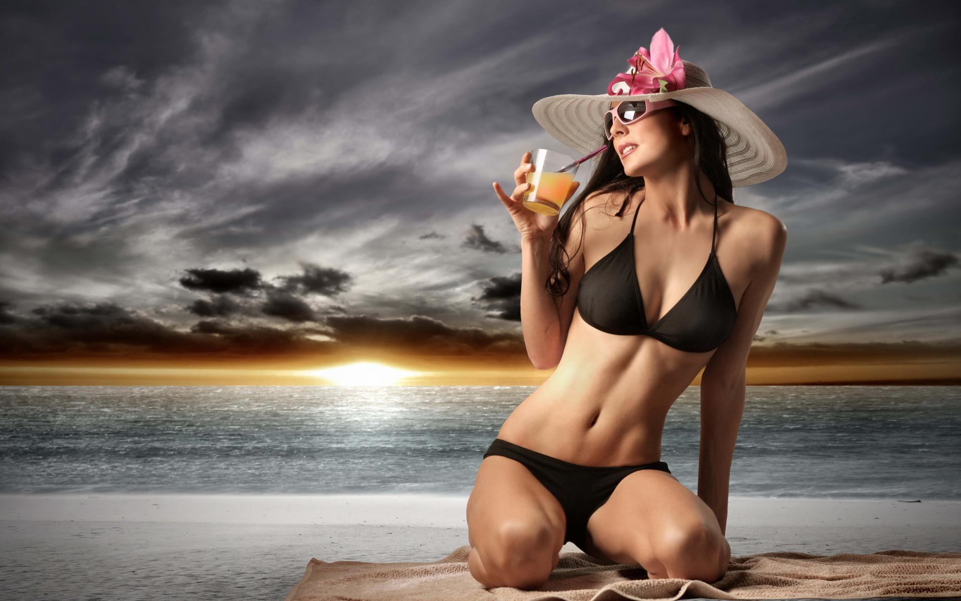 Красивые девушки в бикини на пляже