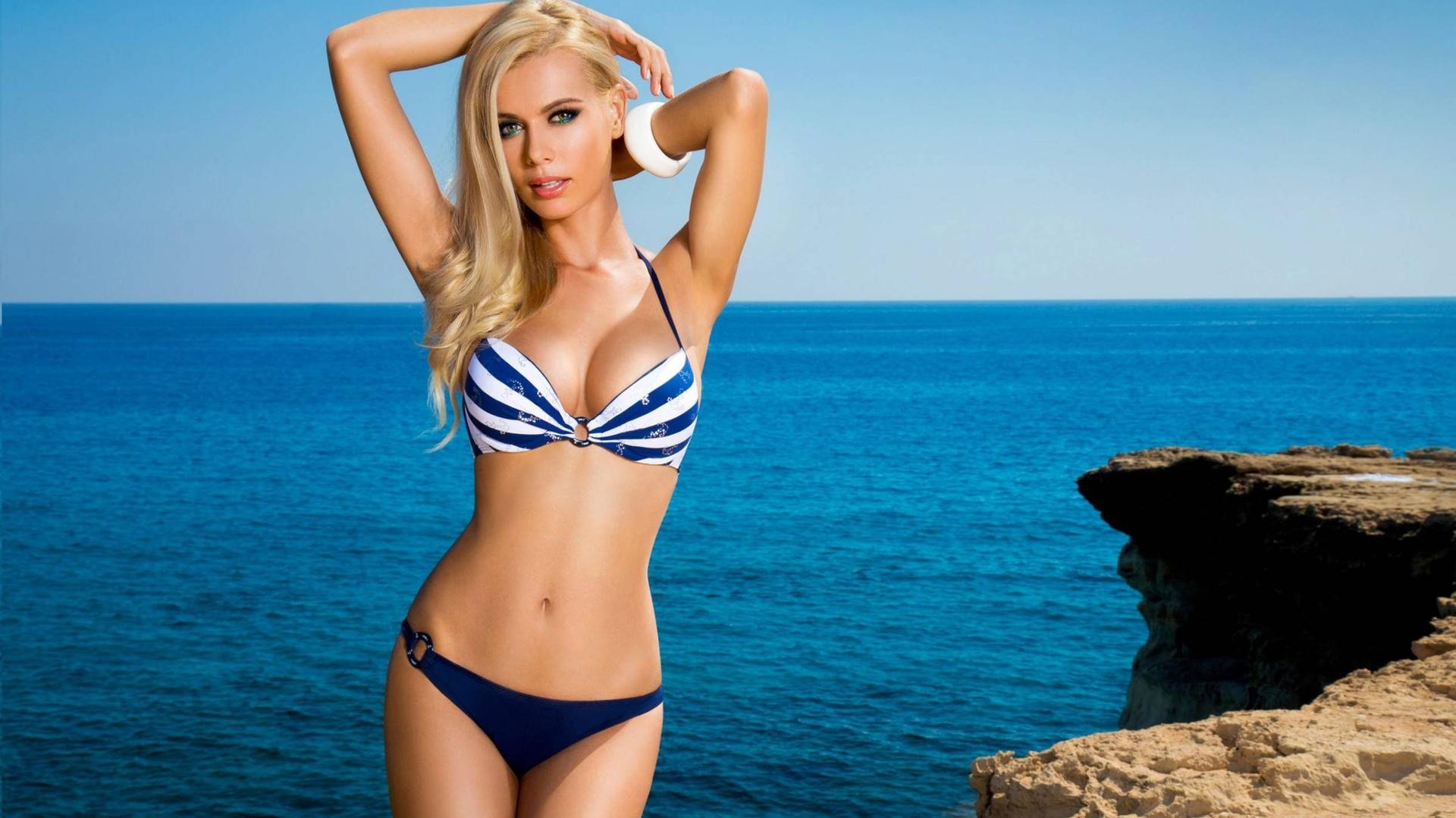 Самая красивая блондинка в купальнике