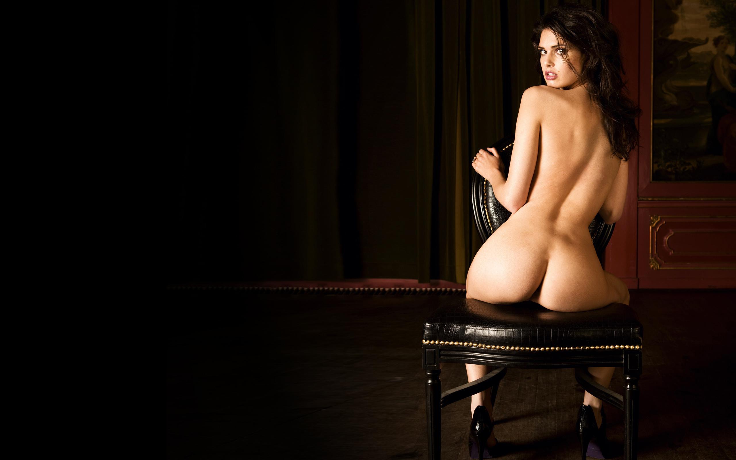 Эротика брюнетка стул фото может