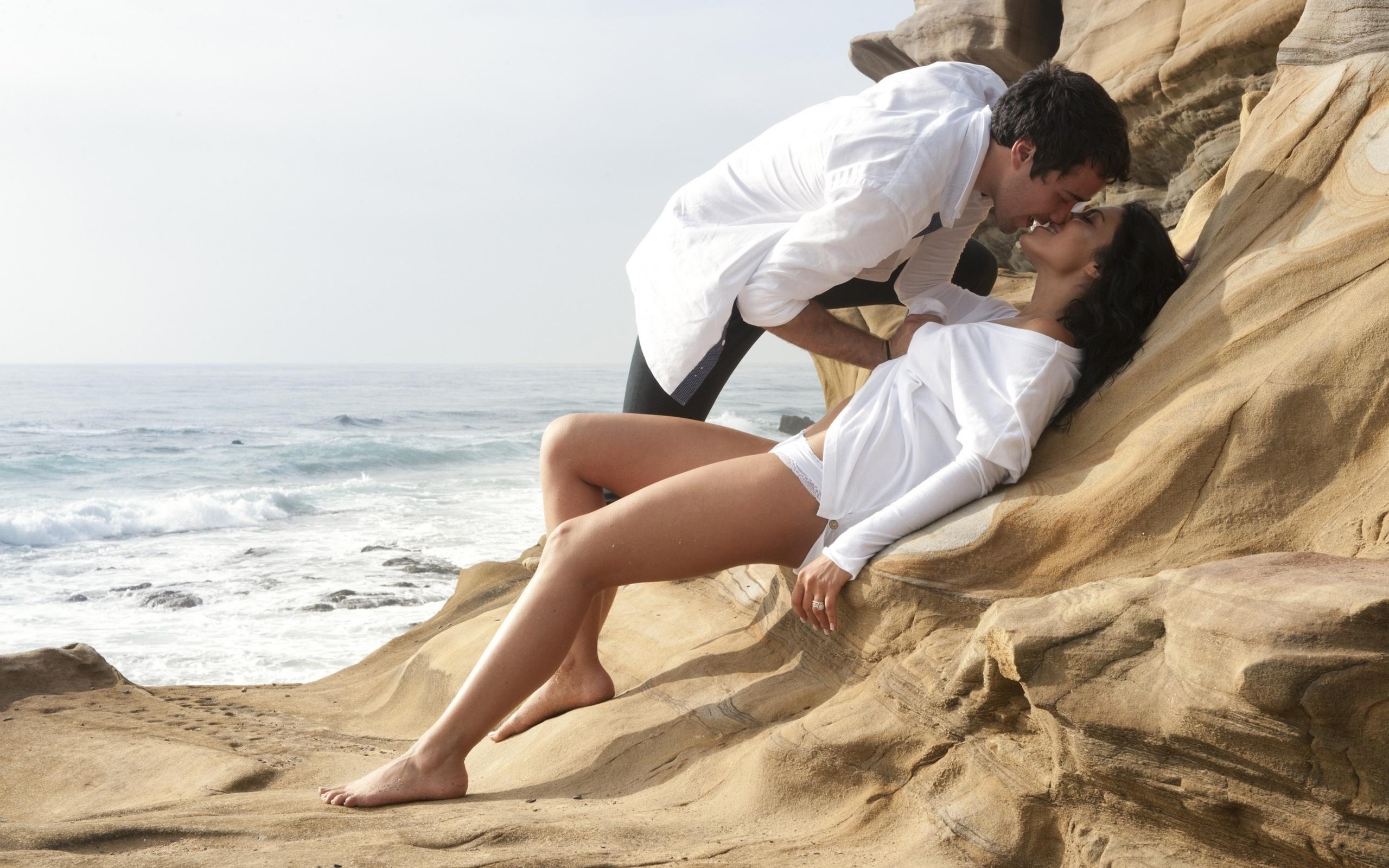 парен лежал на берегу океана соблазнился и трахнул девушку