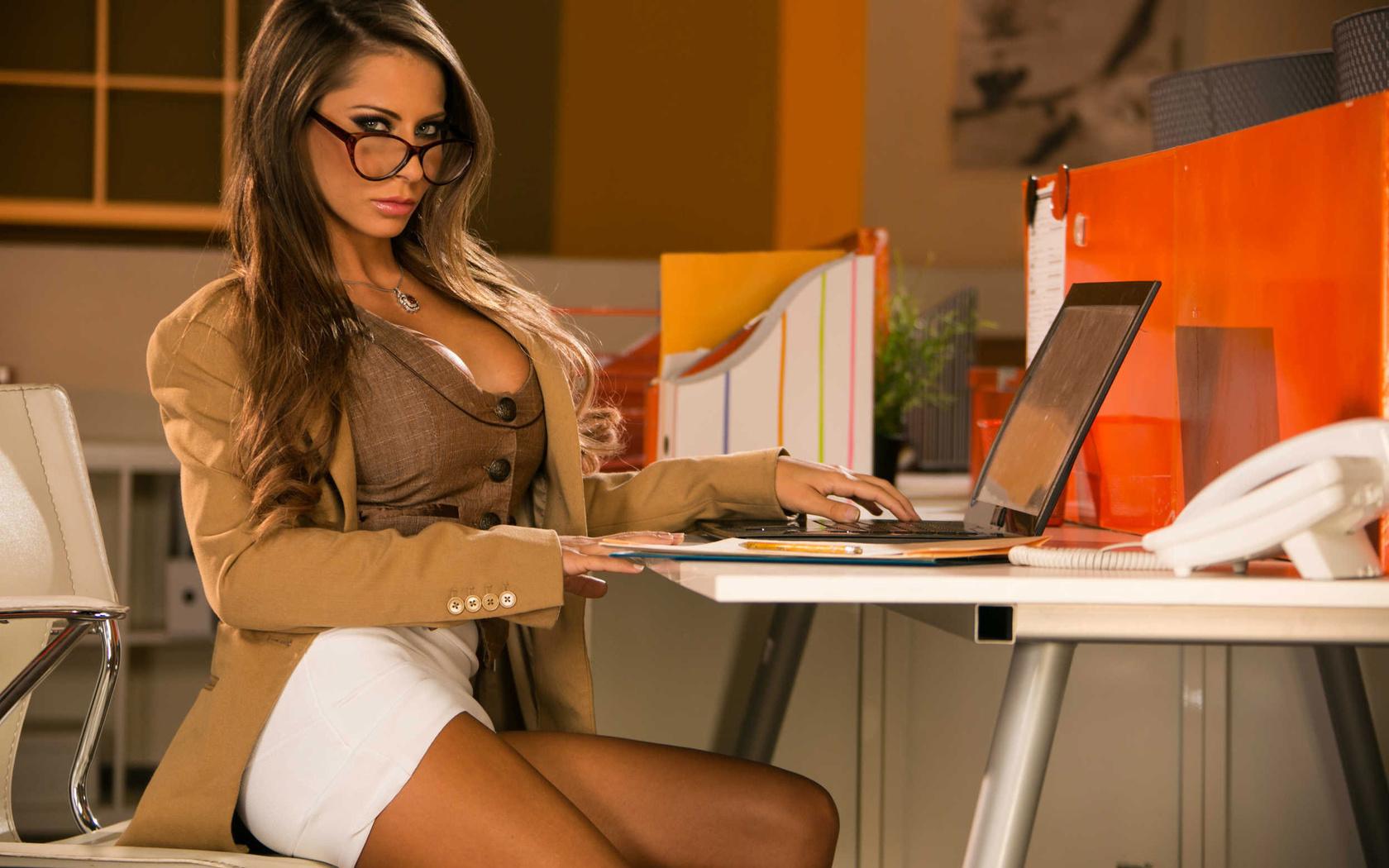 seks-seksualnih-zhenshin-s-krasivimi-grudyami-v-ofisah