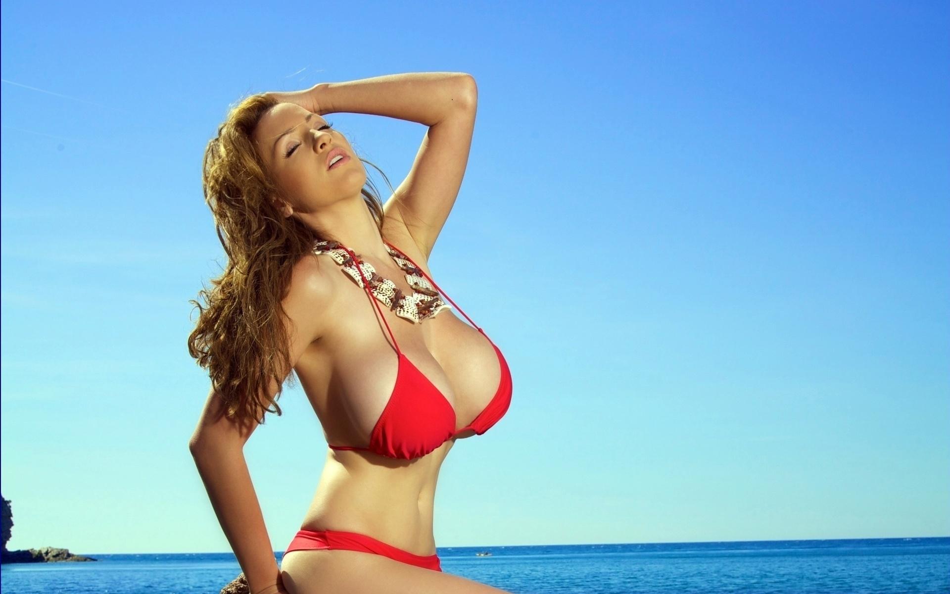 смотреть девушек с большой грудью в купальниках