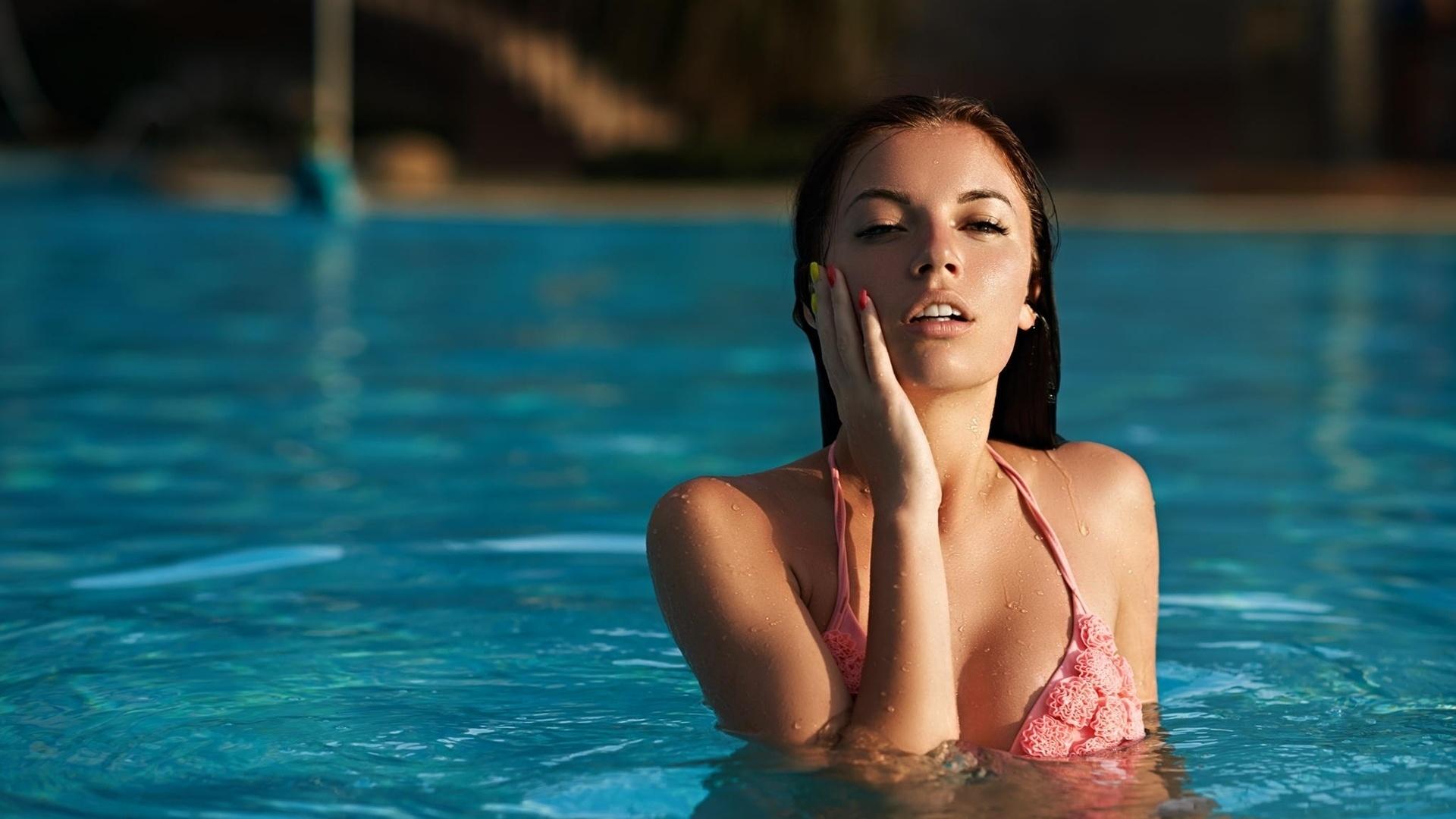 Девушки большие русская с американкой возле бассейна жена
