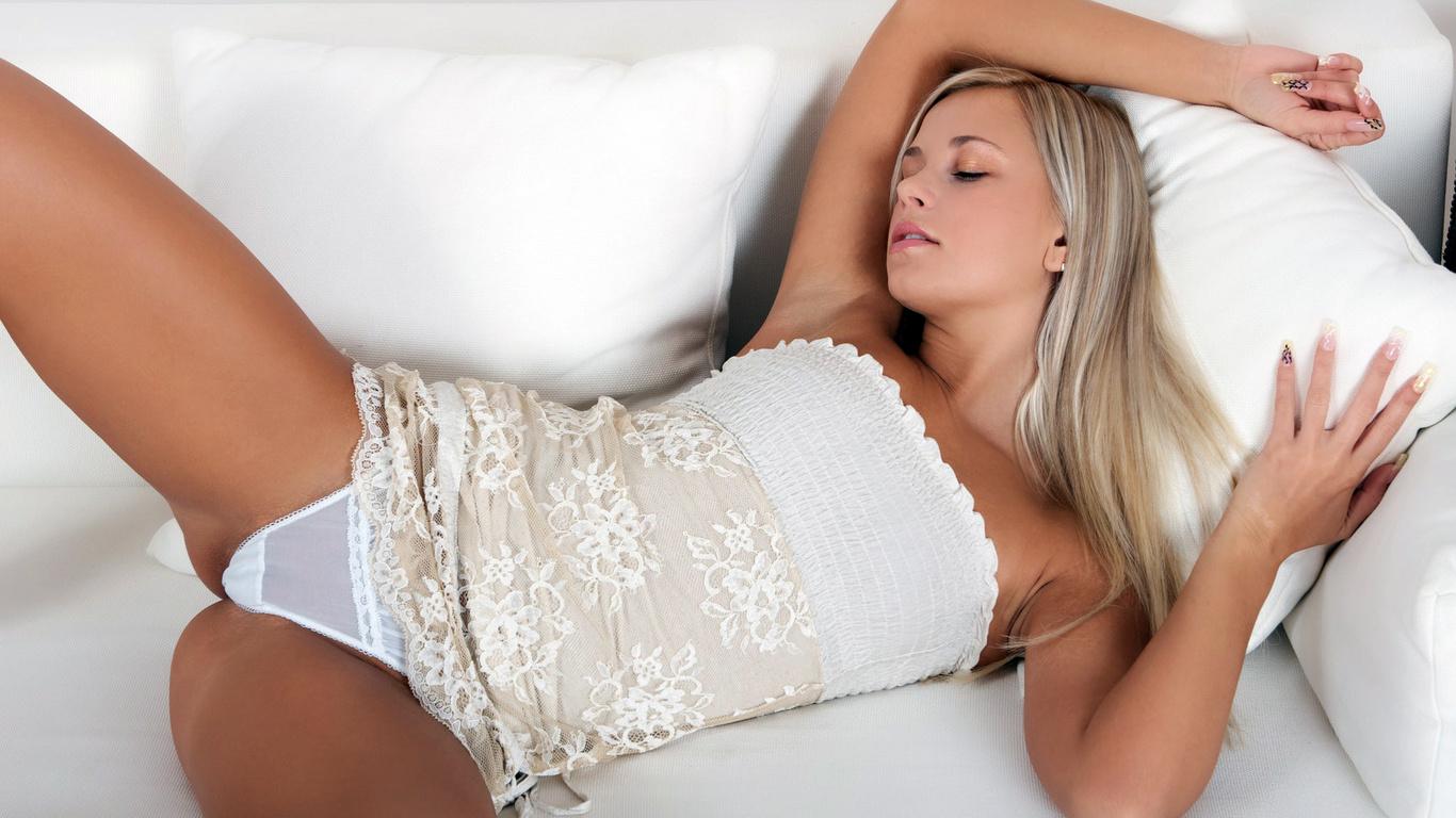 красивые блондинки секси в белых трусиках