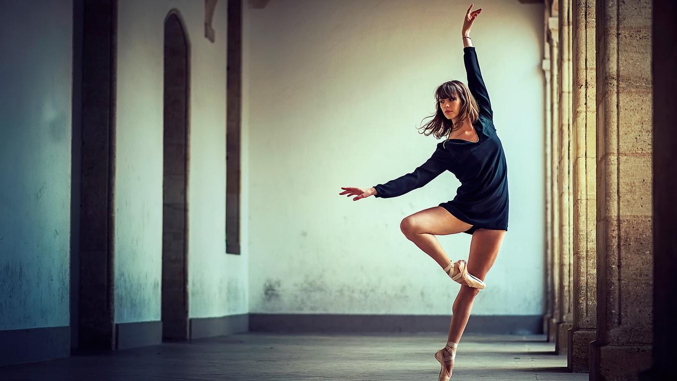 фото стильных красивых брюнеток в танце