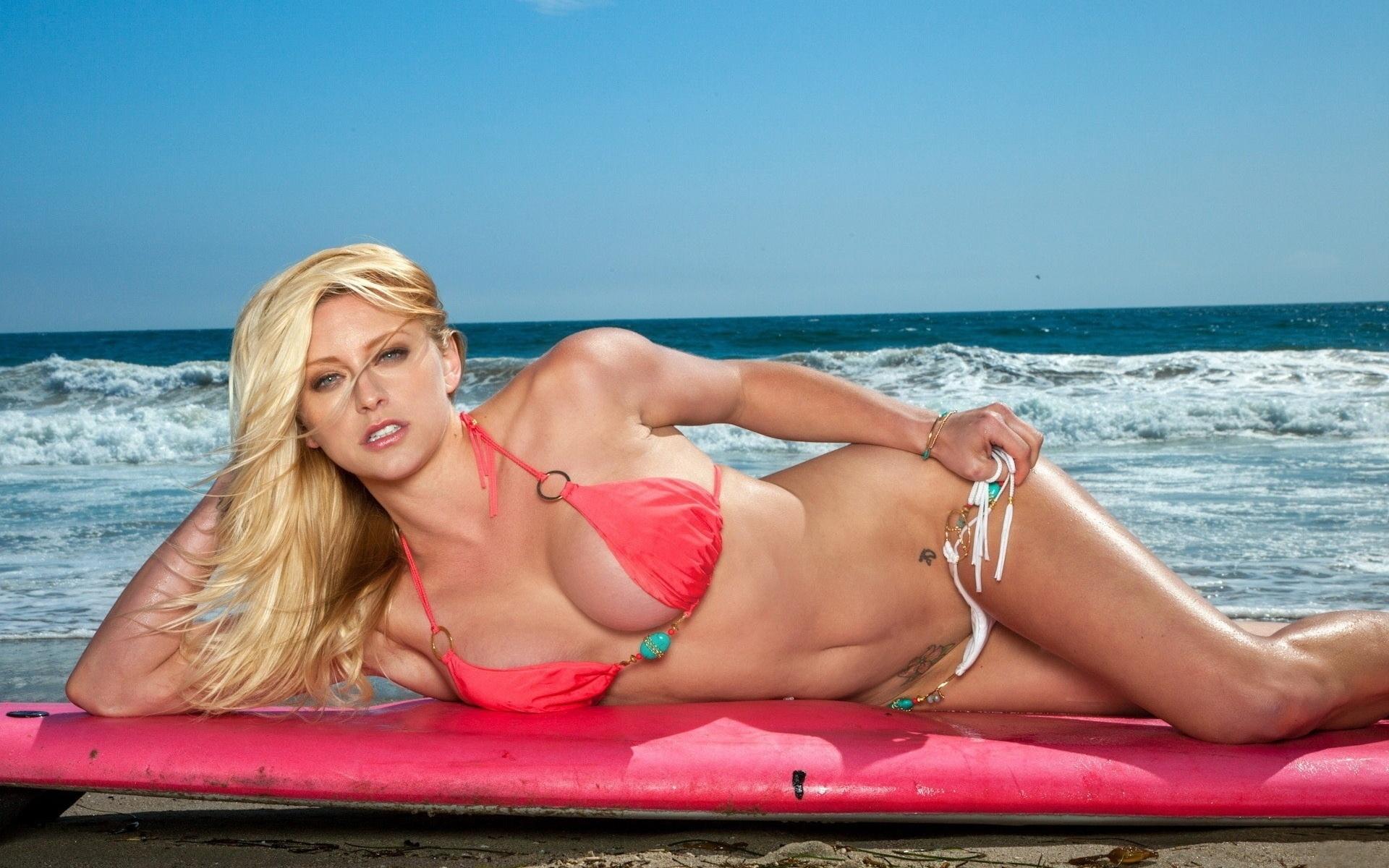 секс видео с грудастой блондинкой на море