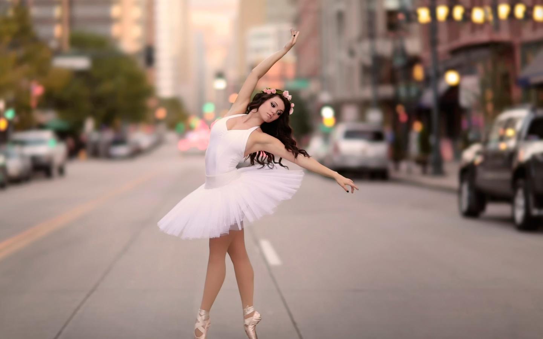 девушка, шатенка, балерина, позирует, макро, фото, город, дорога, ситуация, креатив
