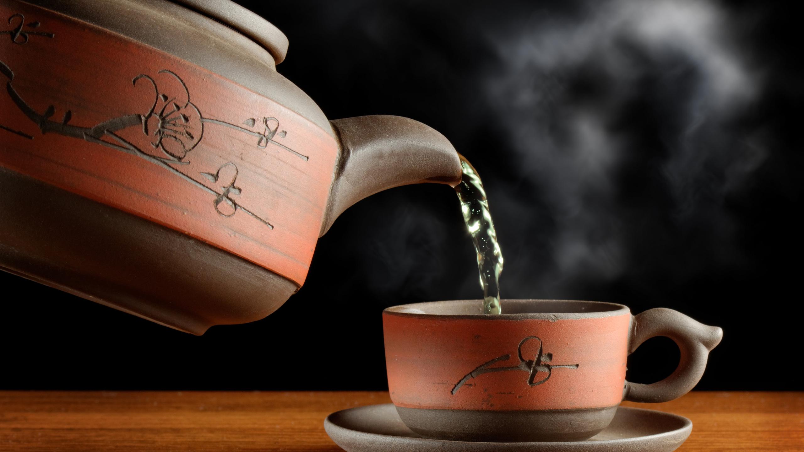 чай, зеленый, пар, чашка, чайник, посуда, стол, черный фон