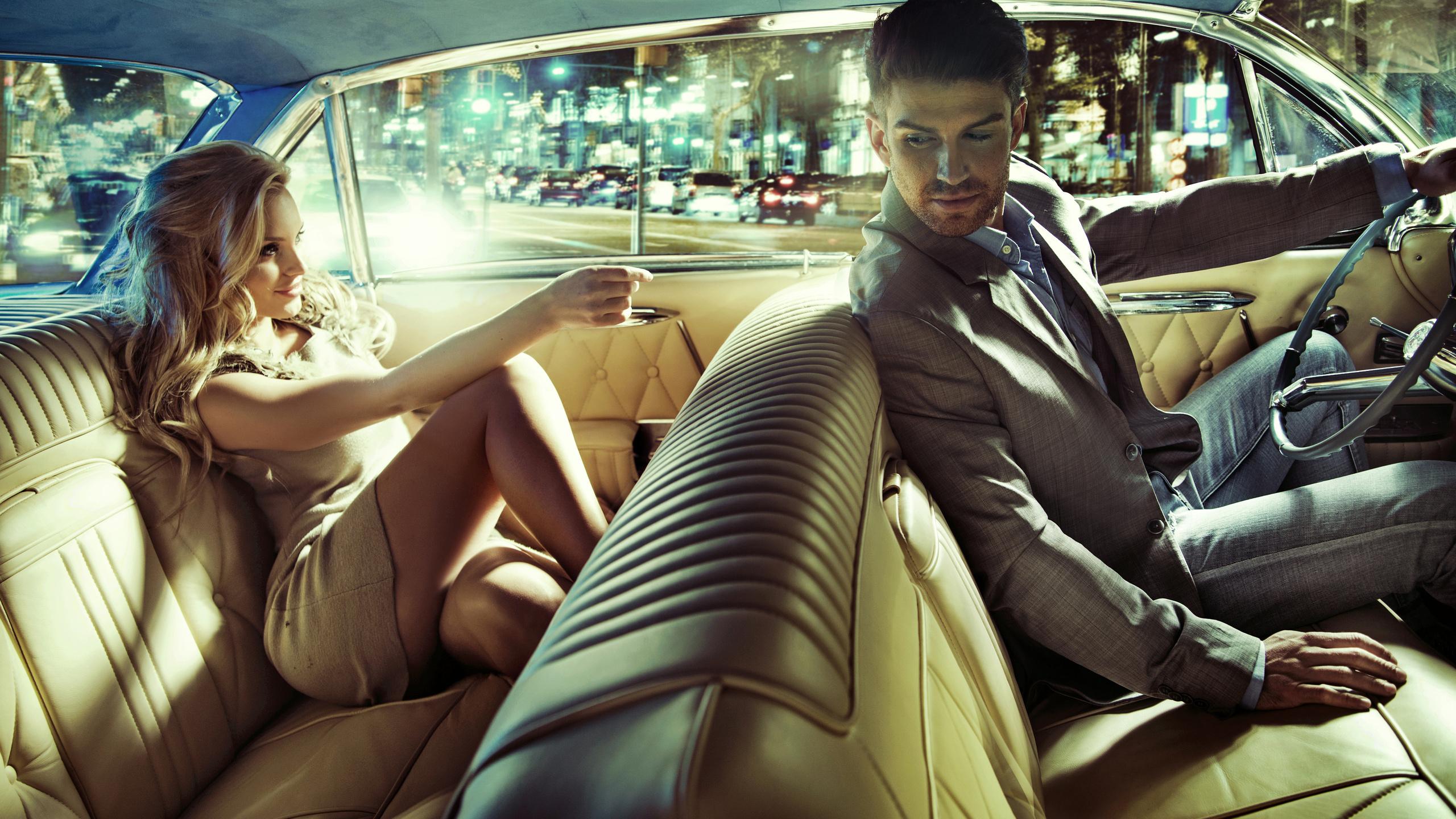 Две классные русские девчонки с парнем на кресле