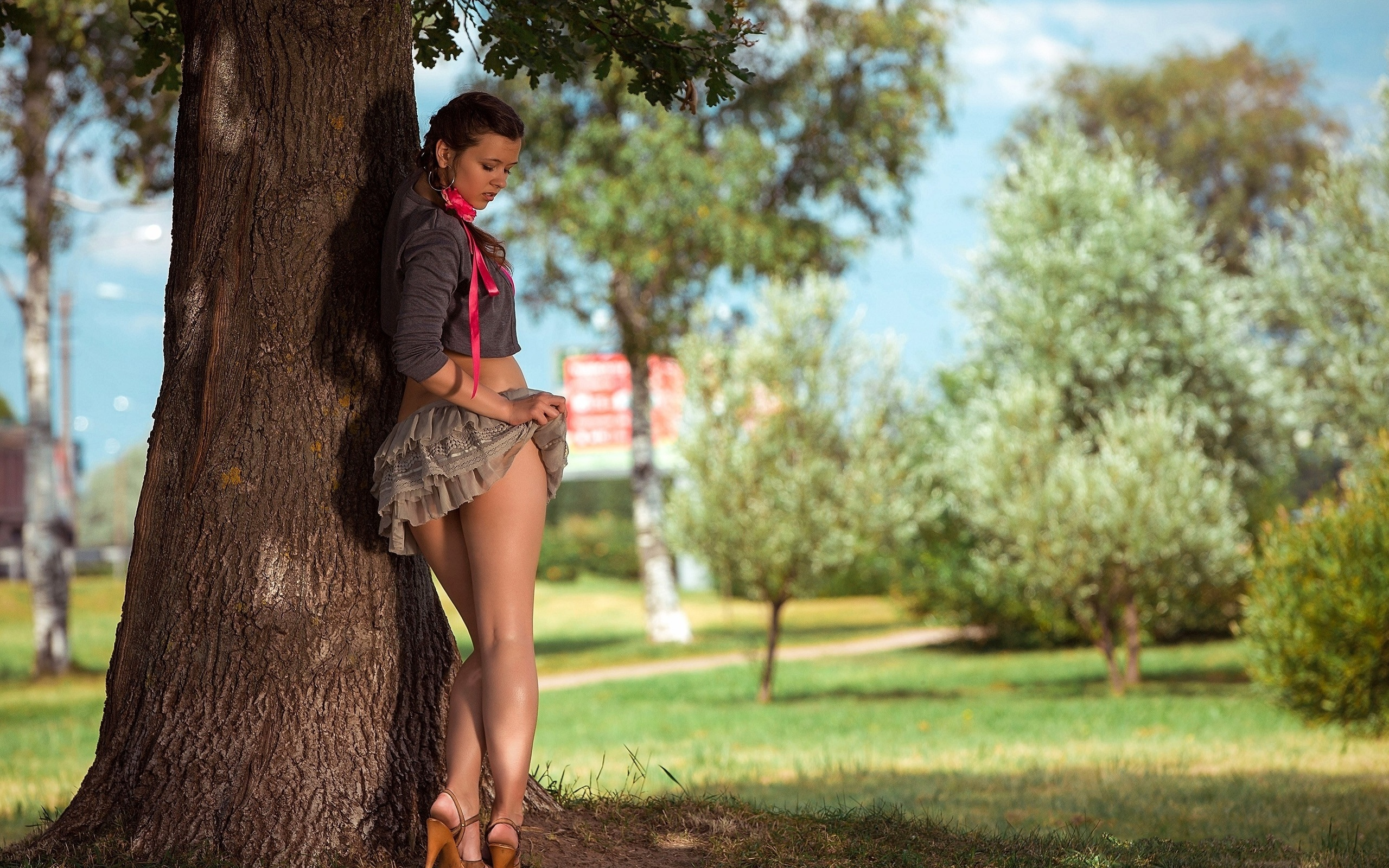телочки голые в парке трахаются фото девушка