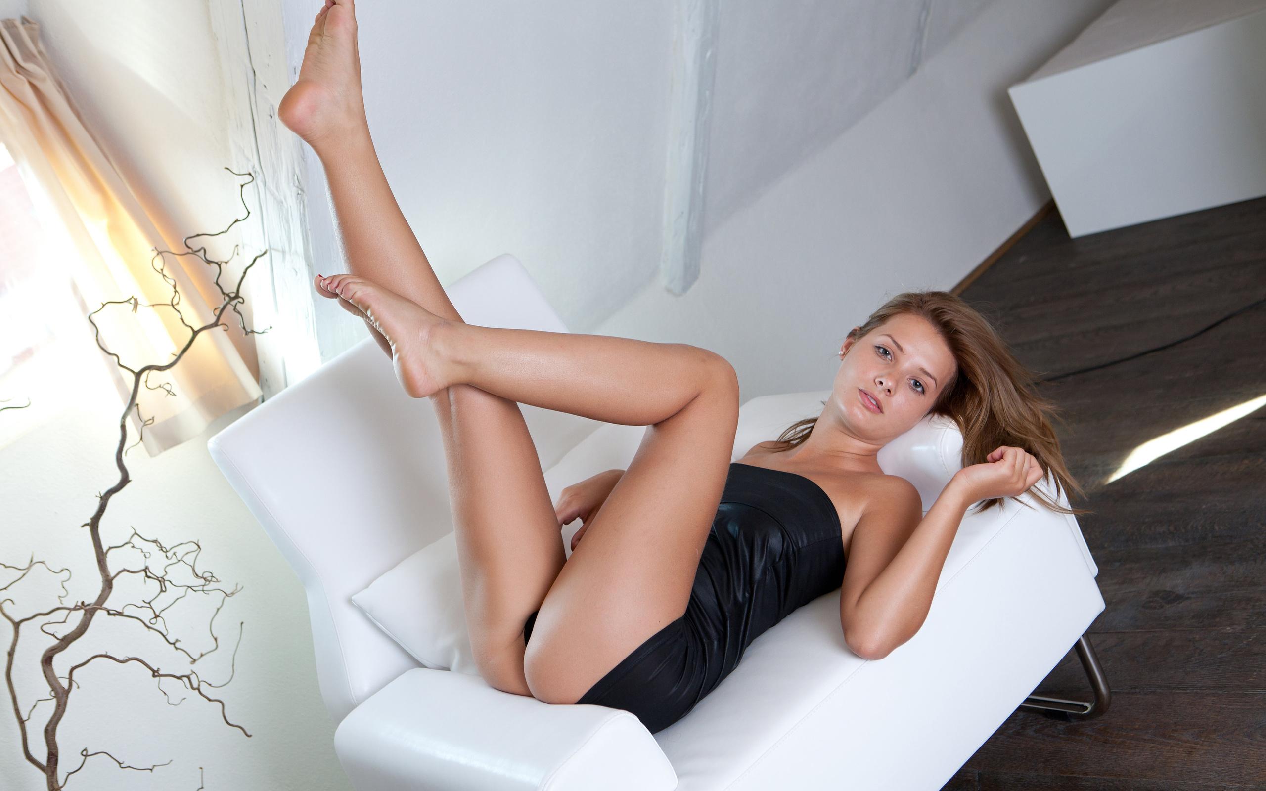 Широко раздвинула ноги и показала киску фото