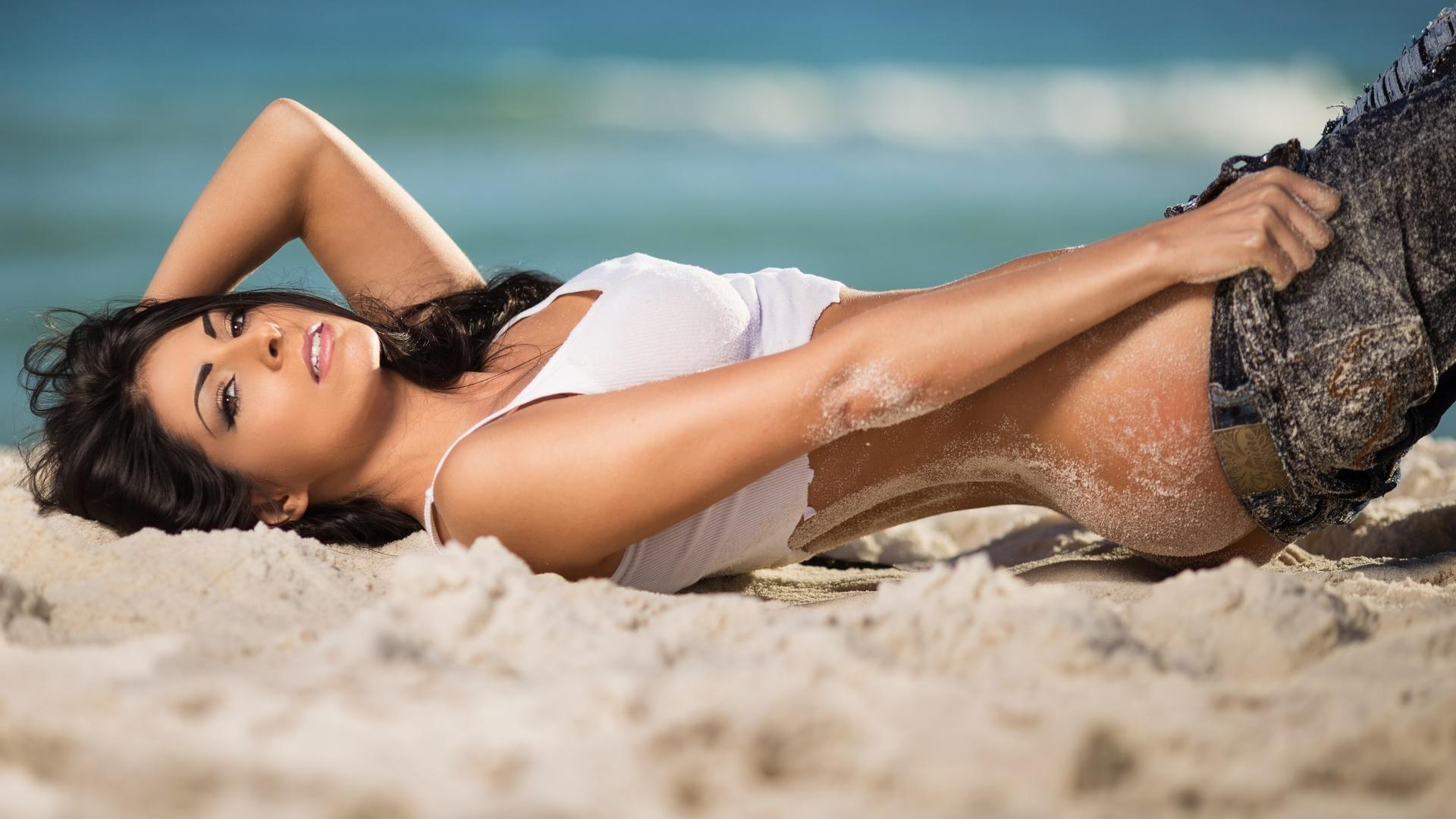 Девушки брюнетки на пляже