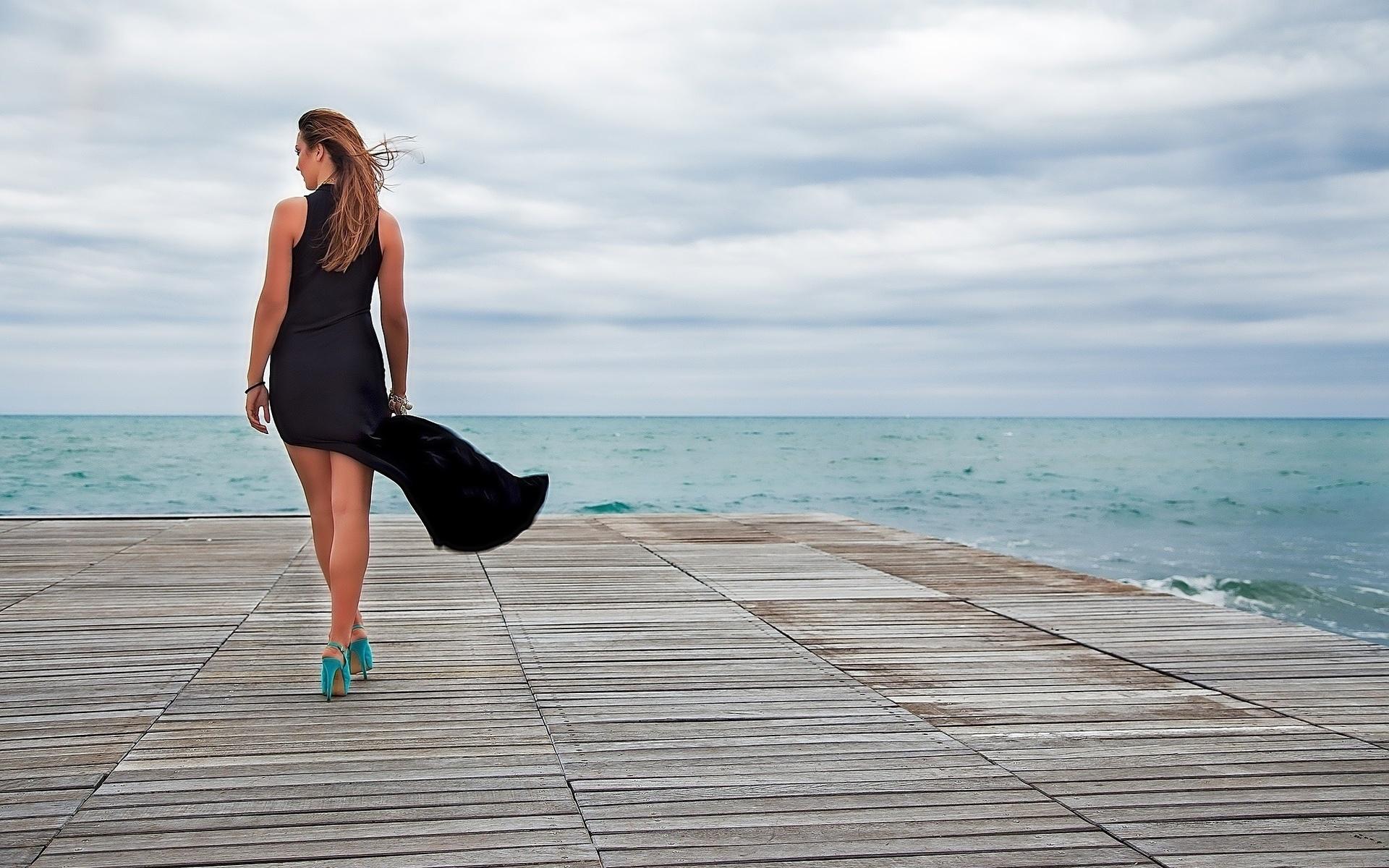 девушки на пляже в туфлях - 6