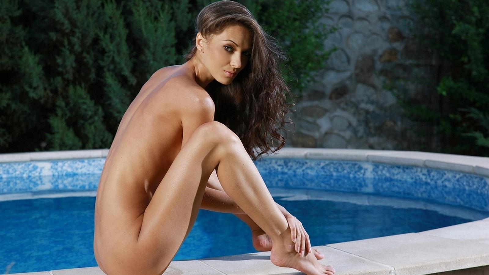 Голая красавица у бассейна