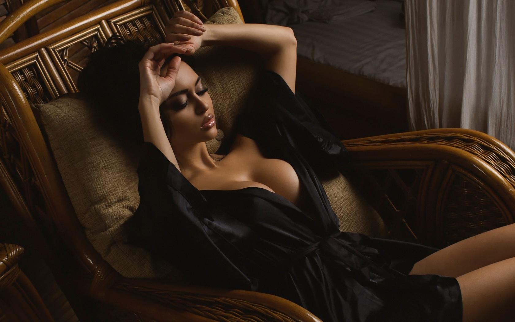 девушка в кресле в халате - 7