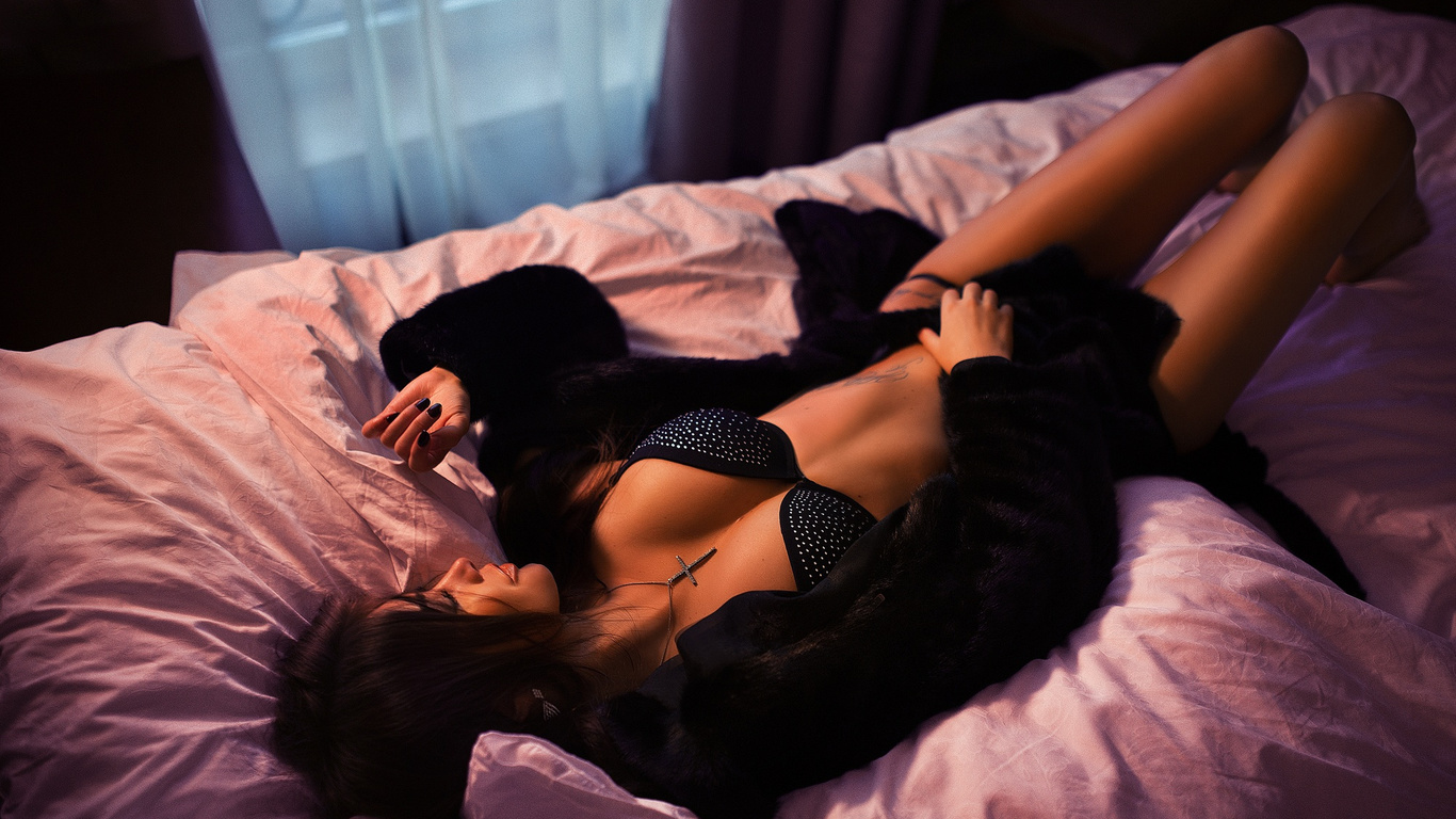 Брюнетка в нижнем белье на кровати