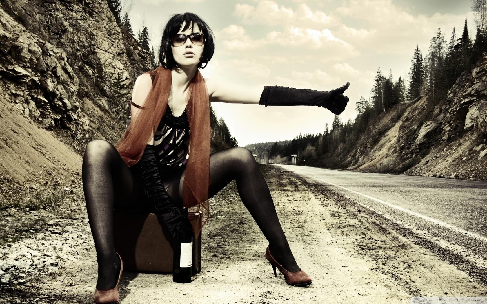 девушка, брюнетка, очки, ножки, колготки, автостоп, бутылка