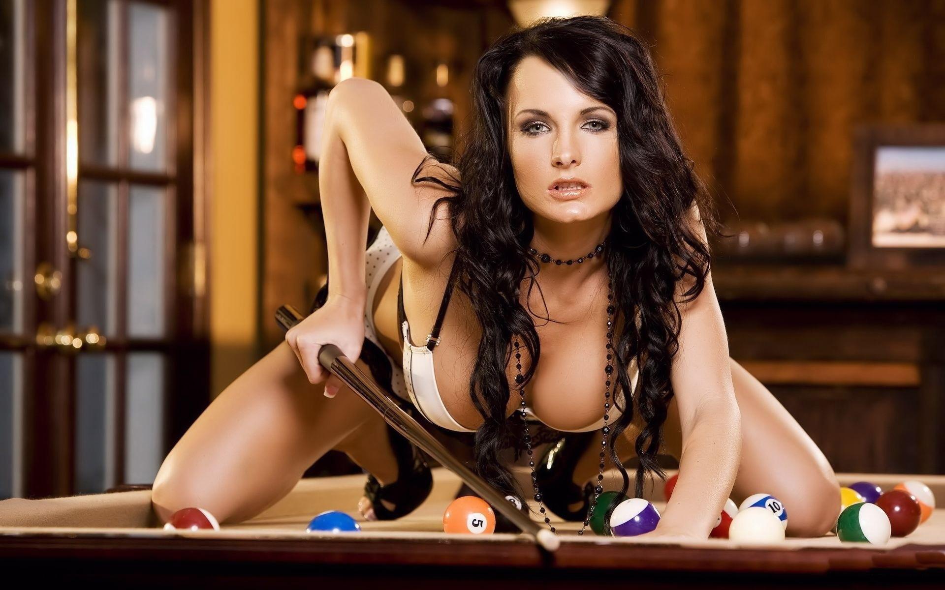 bryunetka-na-bilyardnom-stole-foto-erotika