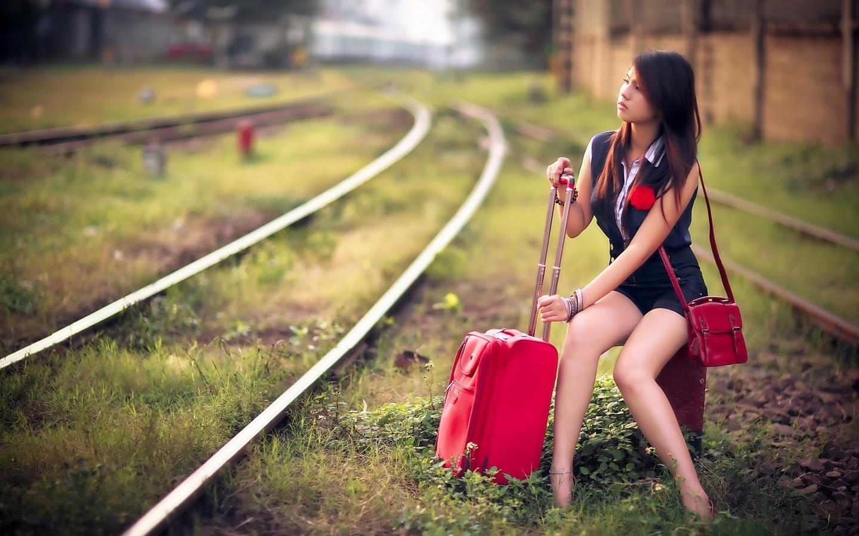 девушки, женщины, девушка, женщина, красавица, красотка, прелесть, взгляд, красота, girl, girls, фигура, азиатка, шатенка, ожидание, шпалы, рельсы, железная дорога, ноги, ножки, чемодан, кладь, комбинезон, брюнртка, следуй за мной