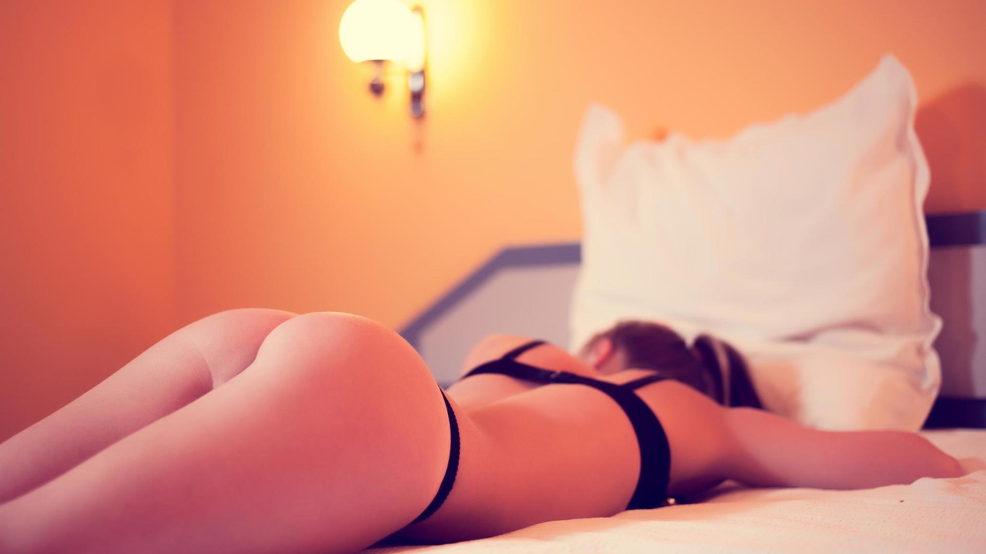 Фото попки девушек в постели, Большие задницы голых девушек в постели - Частное 16 фотография