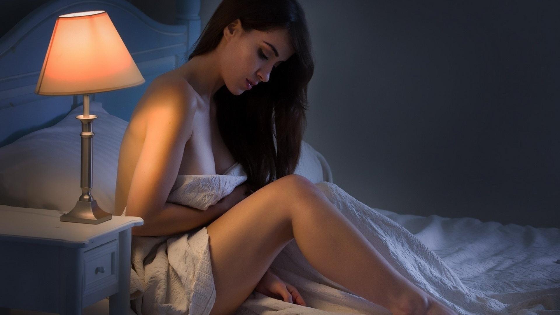 молодая девушка мастурбирует в темной спальне