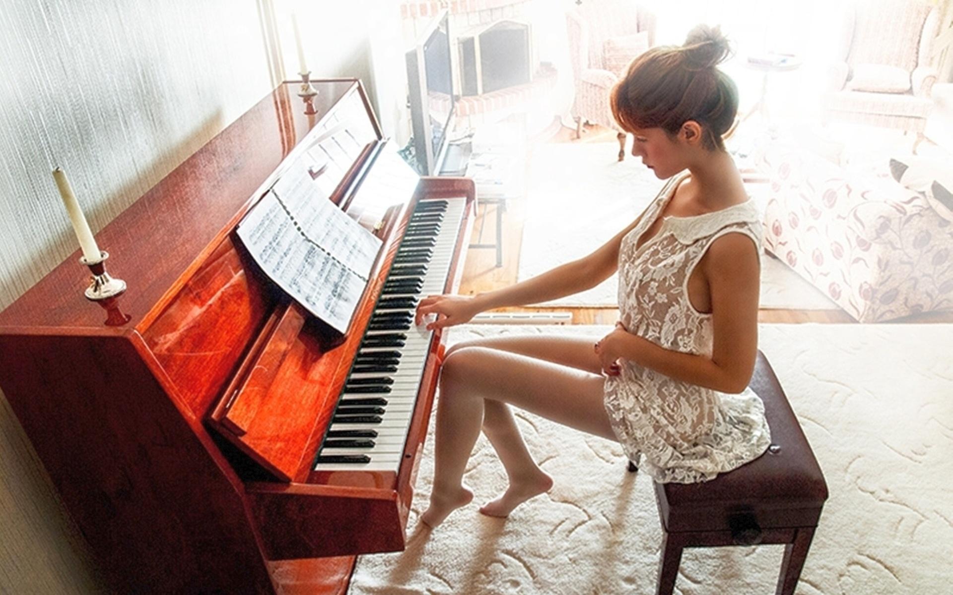 зрелая женщина видео как учили девушку играть на пианино постарше меня