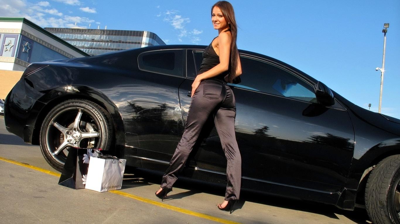 Melisa Mendiny Около Черного Автомобиля