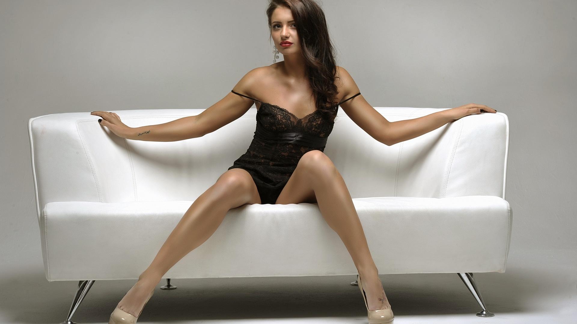 Широко раздвигает ножки гладит киску, Широко раздвинула ноги соло - видео 29 фотография