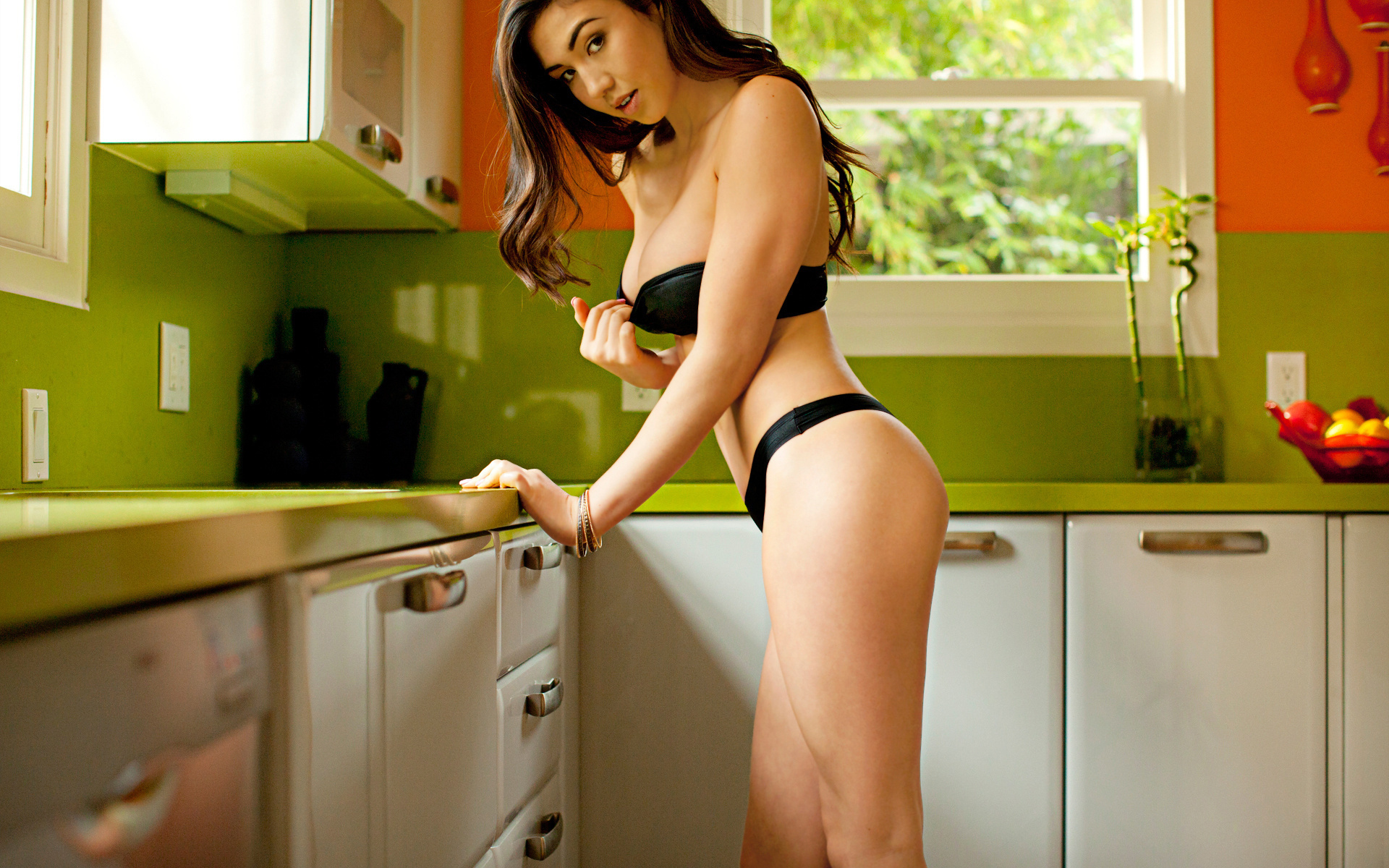 голые секси в кухне видео встречает