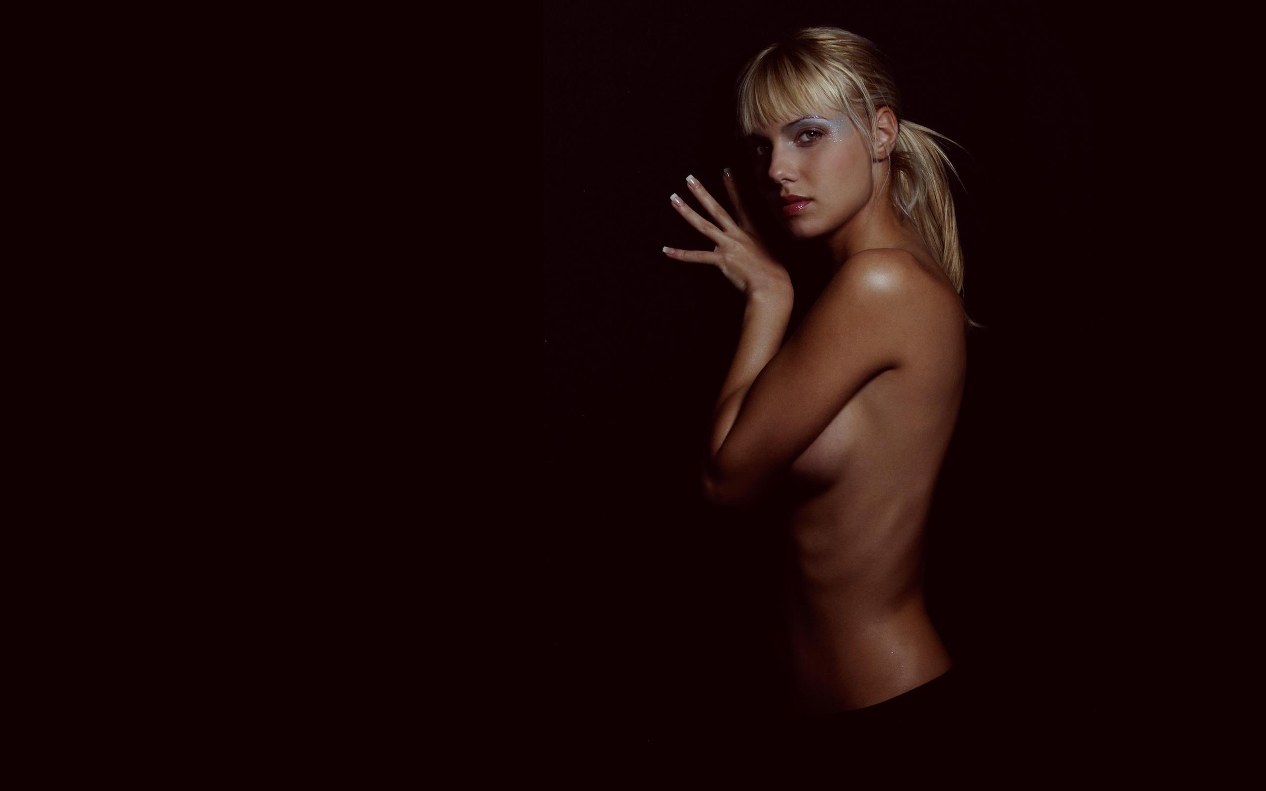 Эротика фото черный фон, Стройное голое тело статной девушки на черном фоне 1 фотография