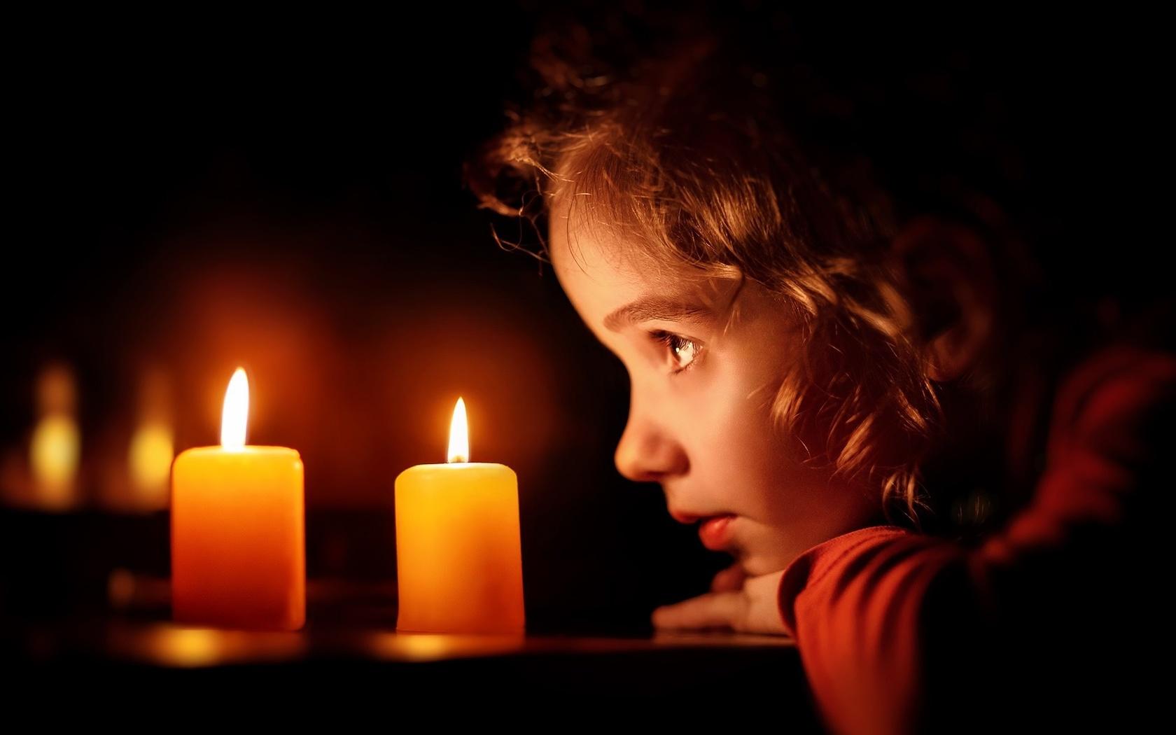 комната, ночь, стол, свечи, горят, девочка, смотрит, грусть