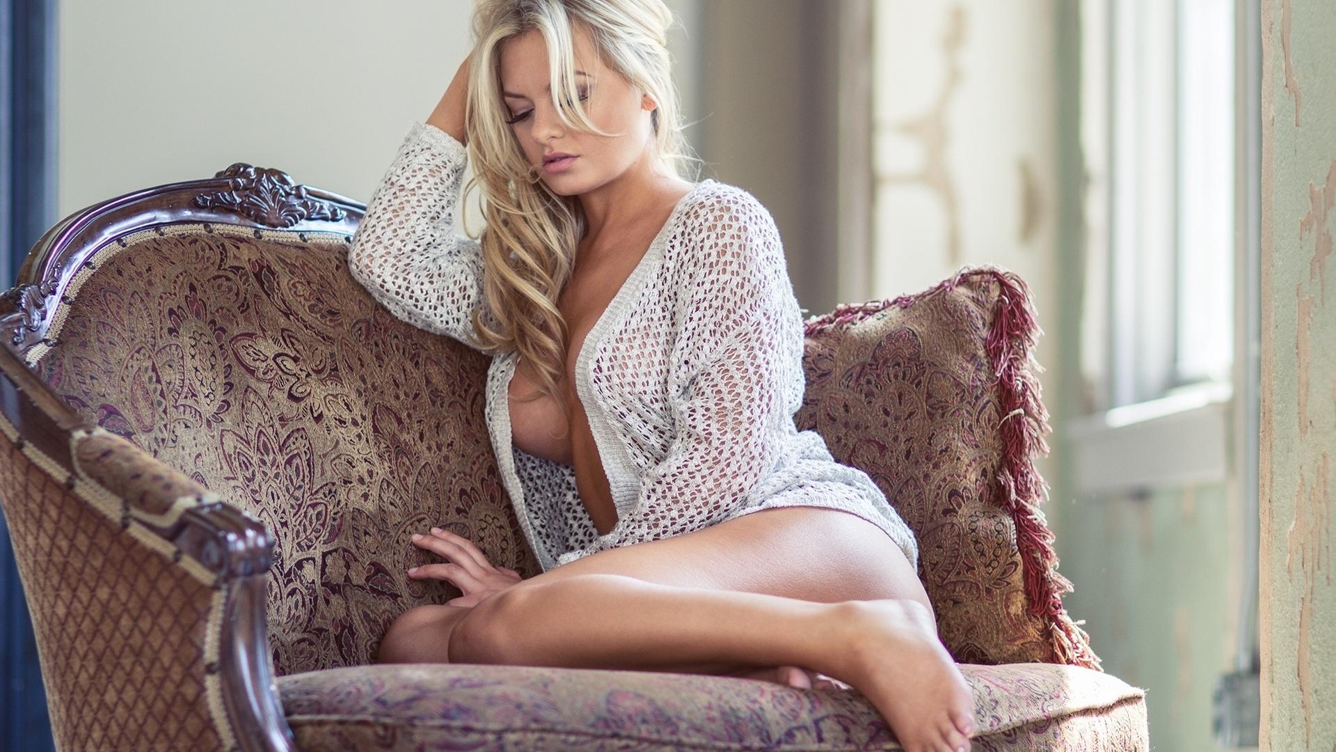 Секси блондинка в дома фото