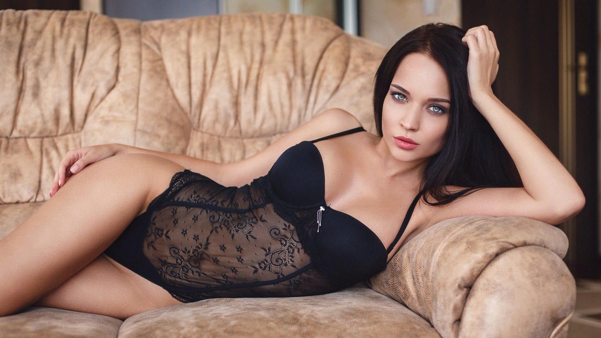 девушка, ангелина петрова, украинка, брюнетка, боди-слип, кружева, бюстгальтер, сетка, полупрозрачная, beauty, красивая, привлекательная, диван, angelina petrova