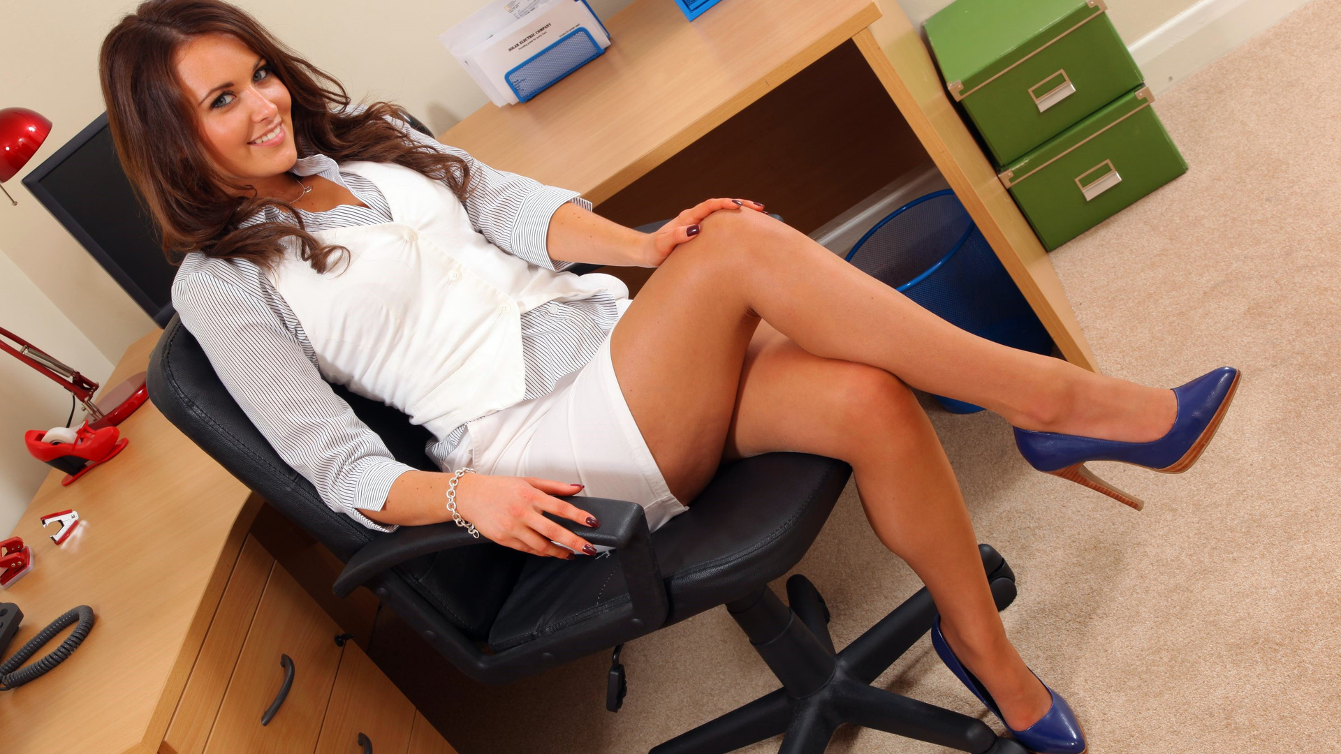 Красотки в офисе фото фалтояно секс видео
