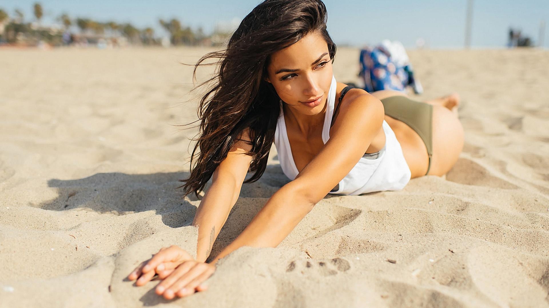 девушки красиво лежат на пляже