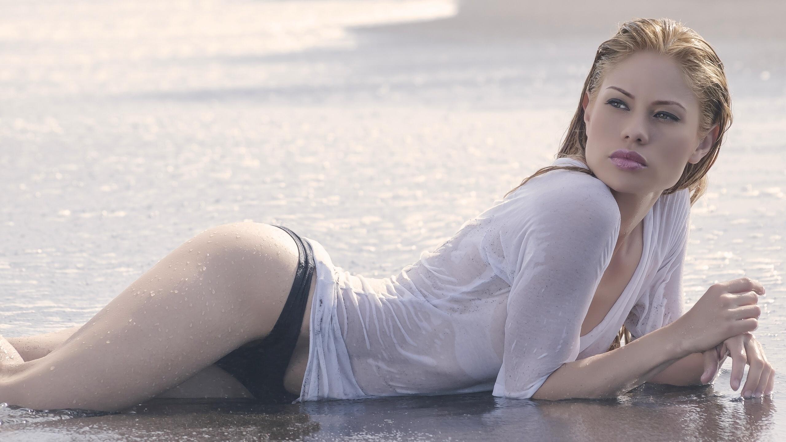 Чулках онлайн мокрые девушки на пляже фильм