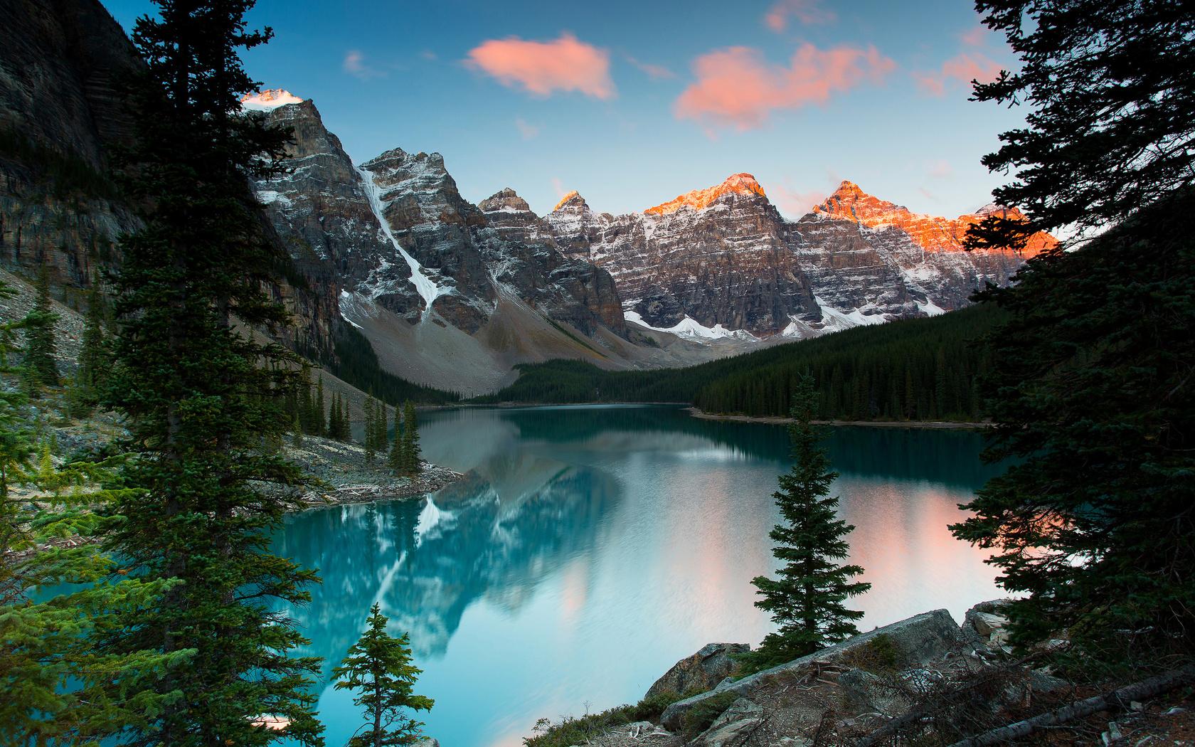заснеженные горы, озеро морейн, национальный парк банф, альберта, канада