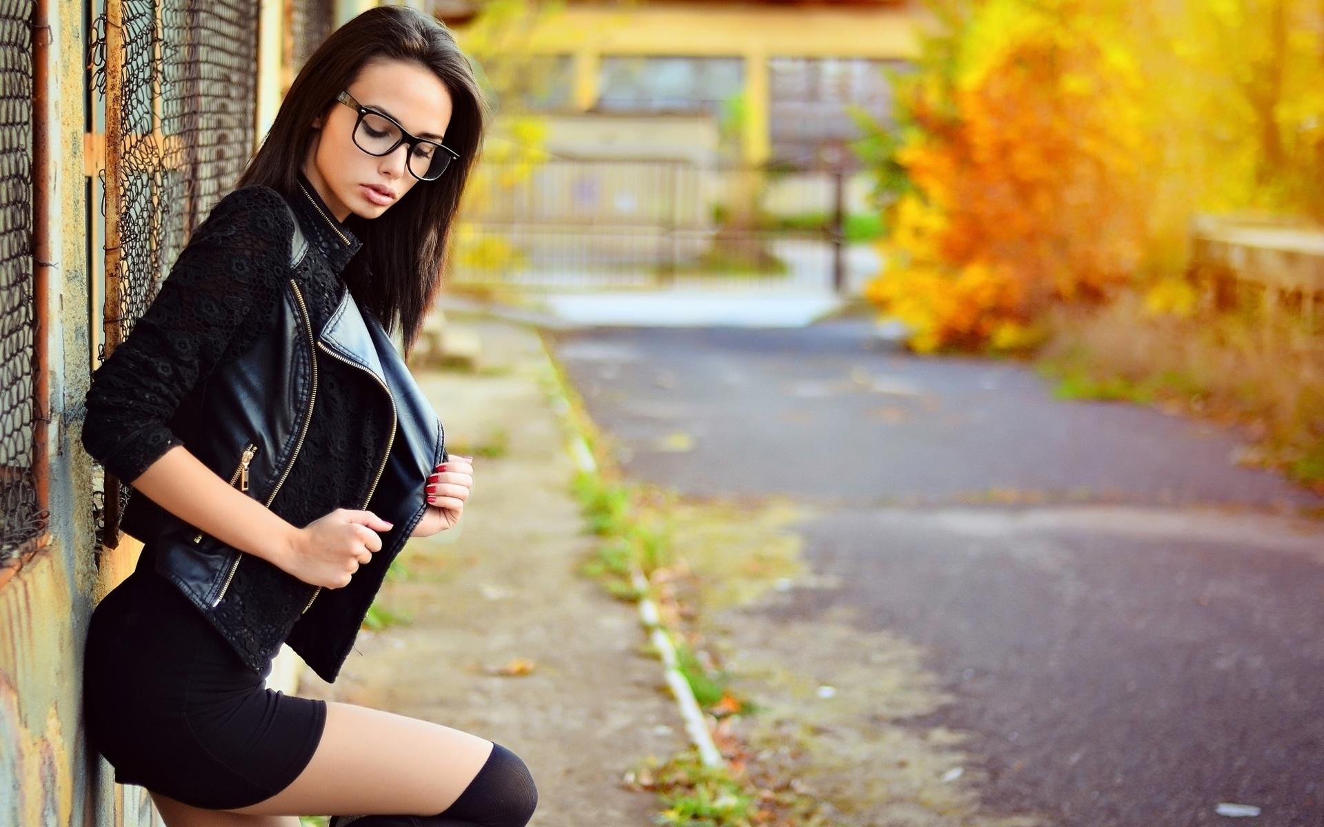 Молодую девушка позирует в очках видео