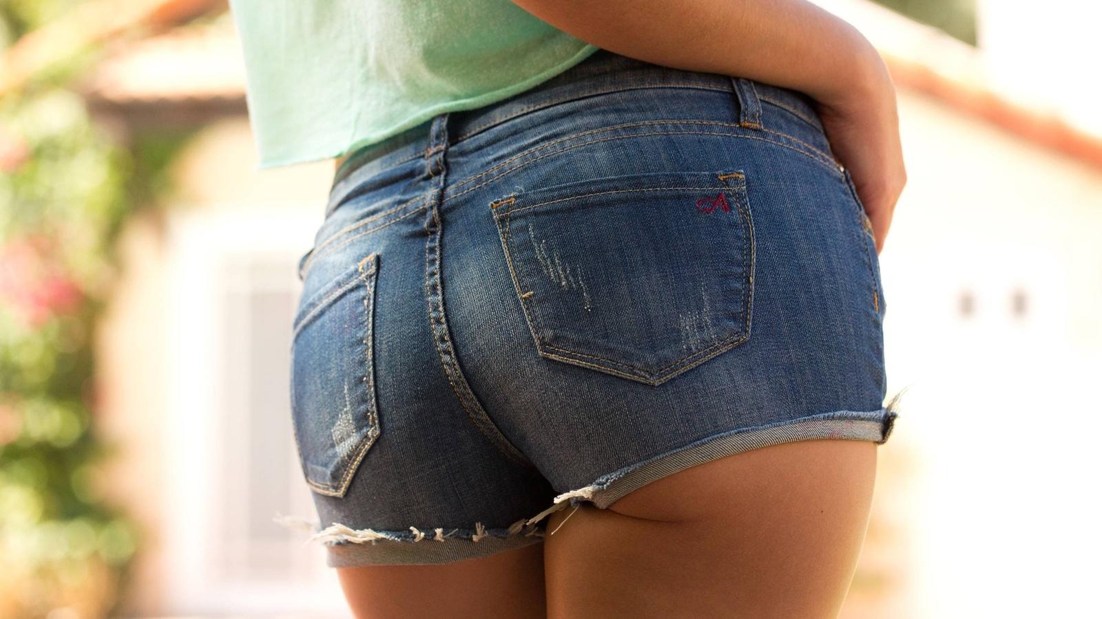 попы в шортах джинсовых добрался