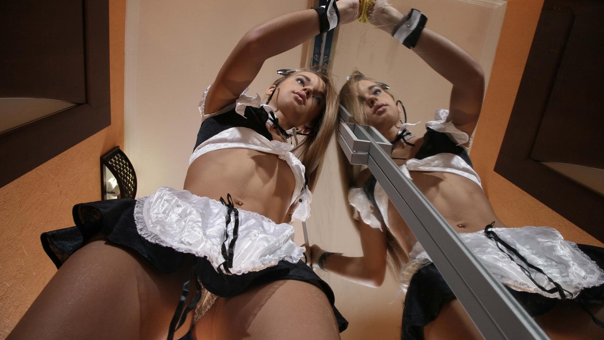 блондинки видео онлайн смотреть горничной шикарной стриптиз