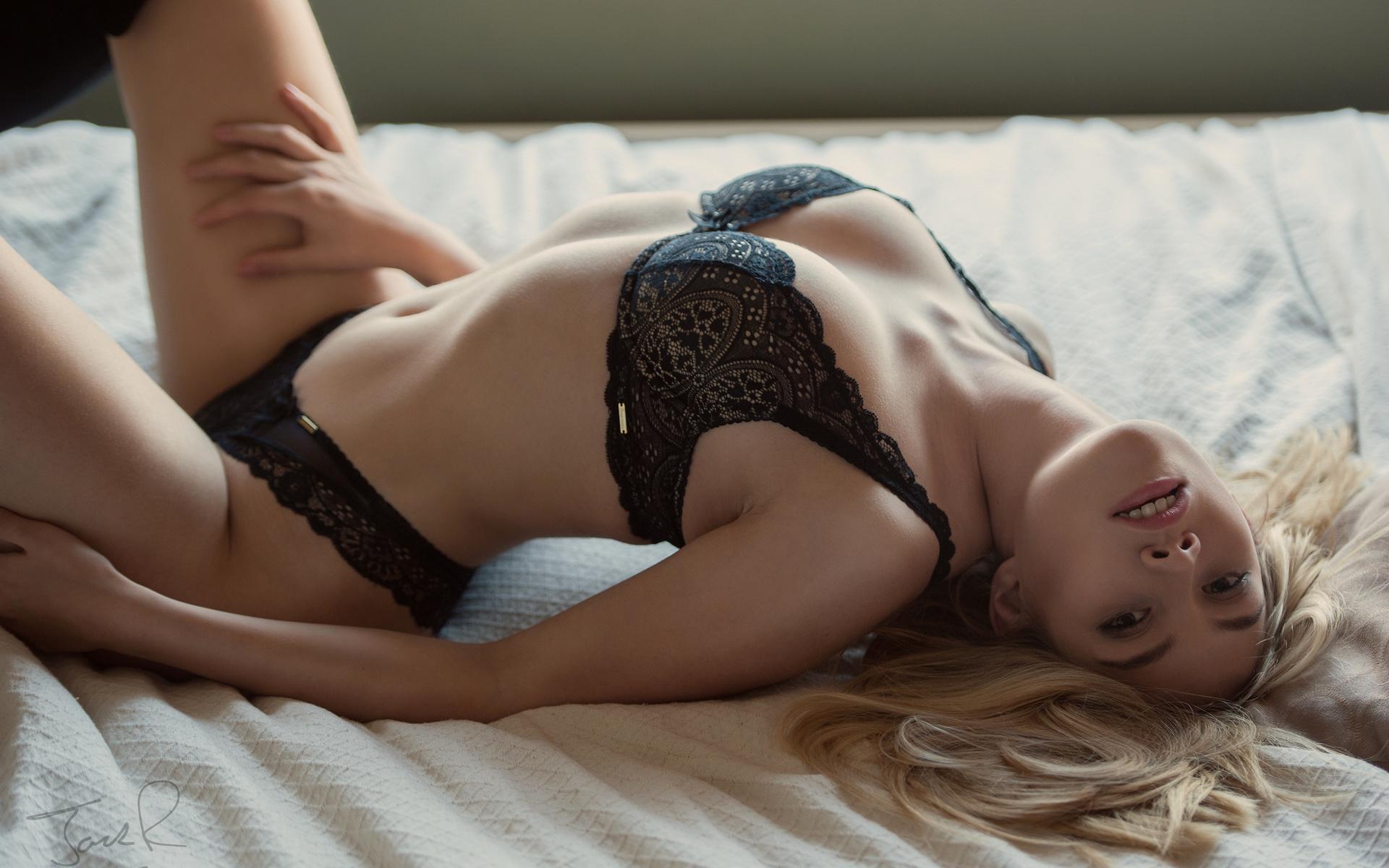 У девушки лежа видно нижнее белье фото, негритянки лижут задницу